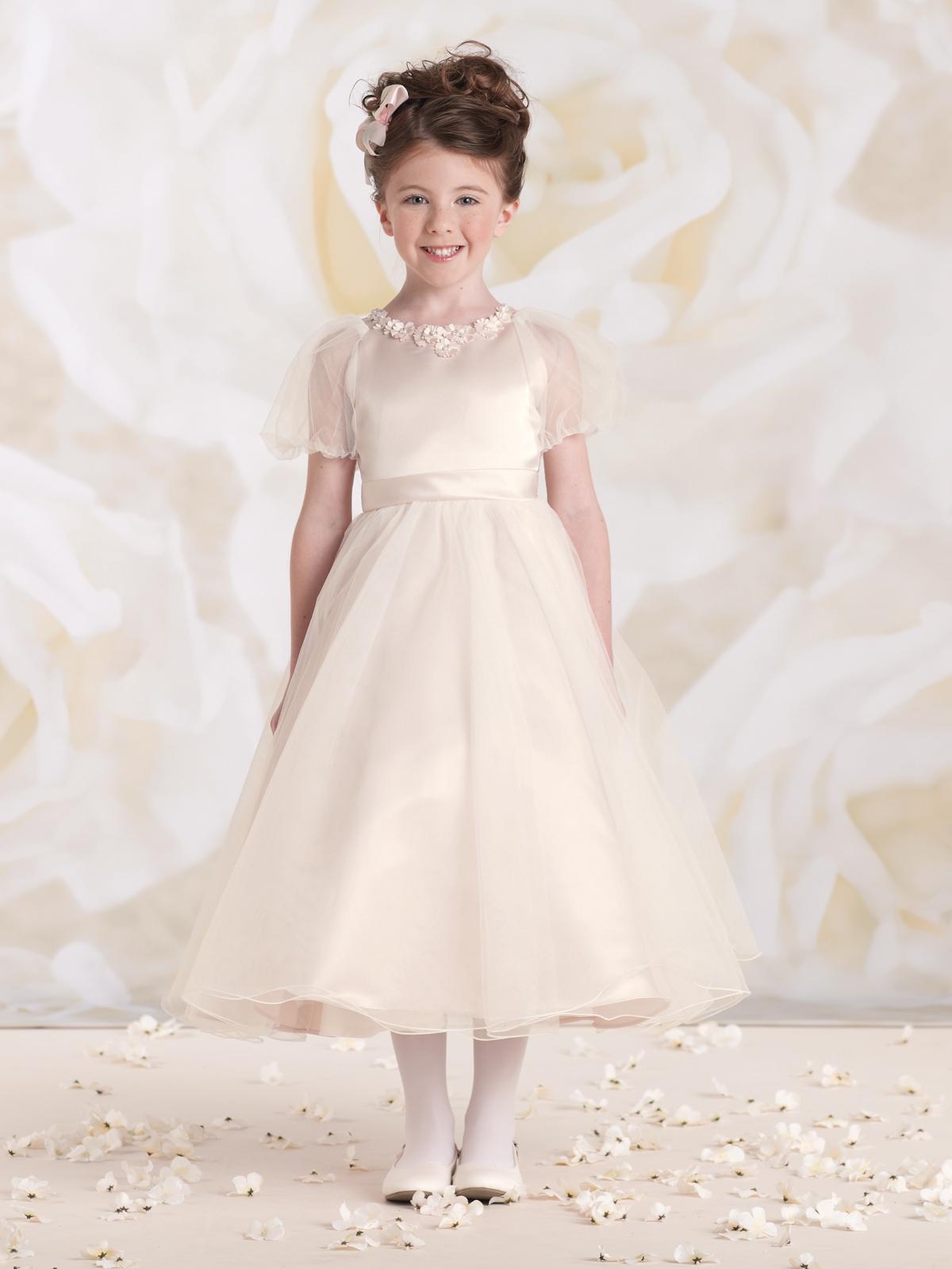 Vestido de Dama corpo em cetim com detalhe de flores em tecido aplicadas no decote e mangas curtase saia franzida em organza.