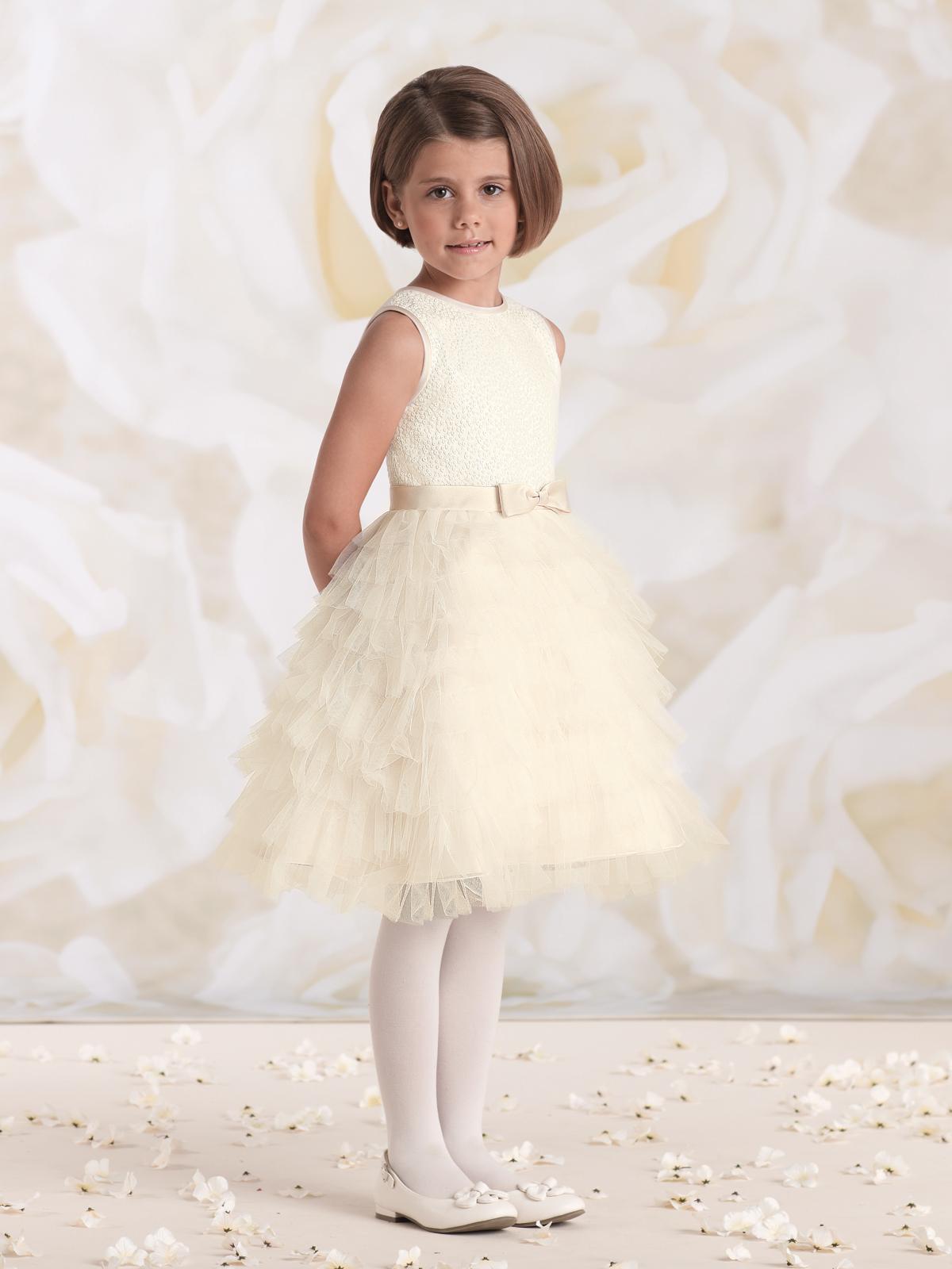 Vestido de Dama com corpo em tecido de mini paetês e saia rodad em camadas de pétalas em tule.
