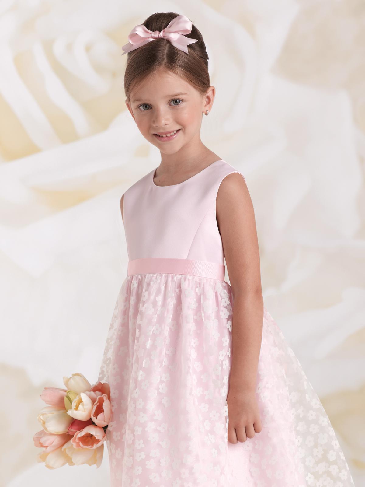 Vestido de Dama corpo regata em cetim com faixa na cintura, saia franzida em tecido com devorê de mini flores bolero avulso de manga curta no mesmo tecido da saia.