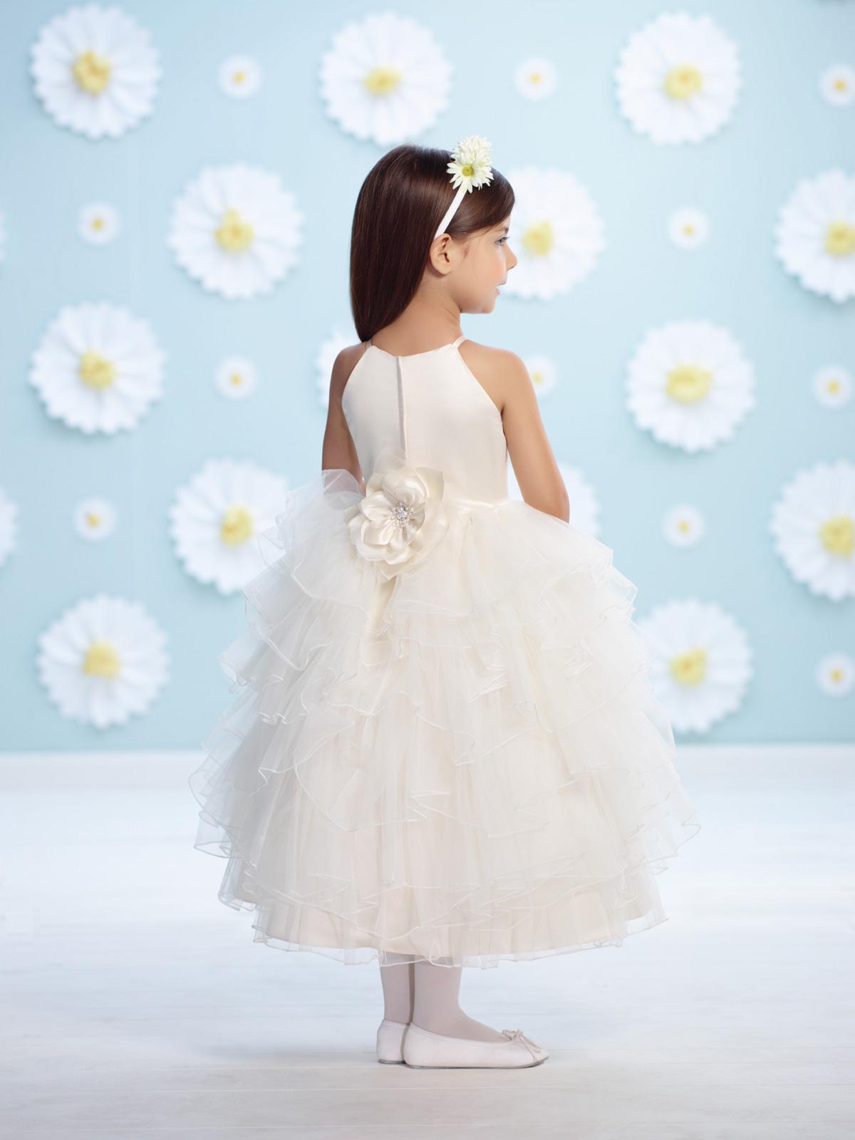 Vestido de Dama com corpo em cetim e sobreposição de mini tomas em tule transpassadas, saia ampla toda em folhas de tule francês.