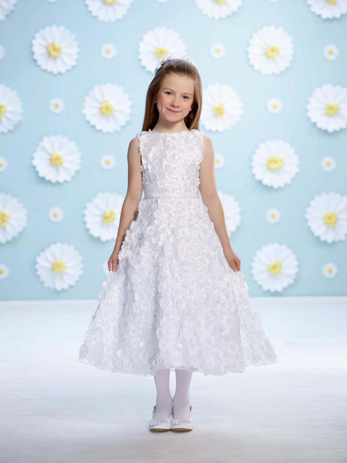 Vestido de Dama regata com corte evasê todo trabalhado com flores em tecido e cinto liso em cetim.