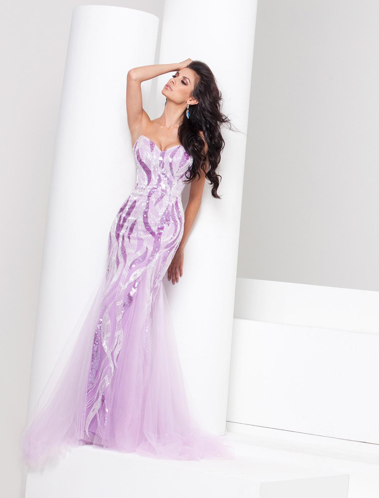 Vestido de Festa tomara que caia princesa, com tecido todo bordado em pedrarias em formato de raios alternados, corte sereia com nesgas em tule nos recortes da saia.