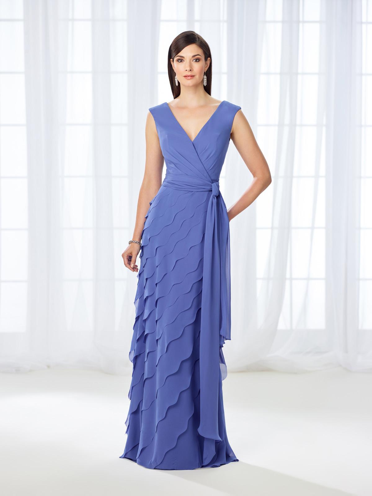 Vestido de Festa belo com decote V e corpo transpassado, detalhe de faixa na cintura e saia em camadas na diagonal confeccionada em chiffon.