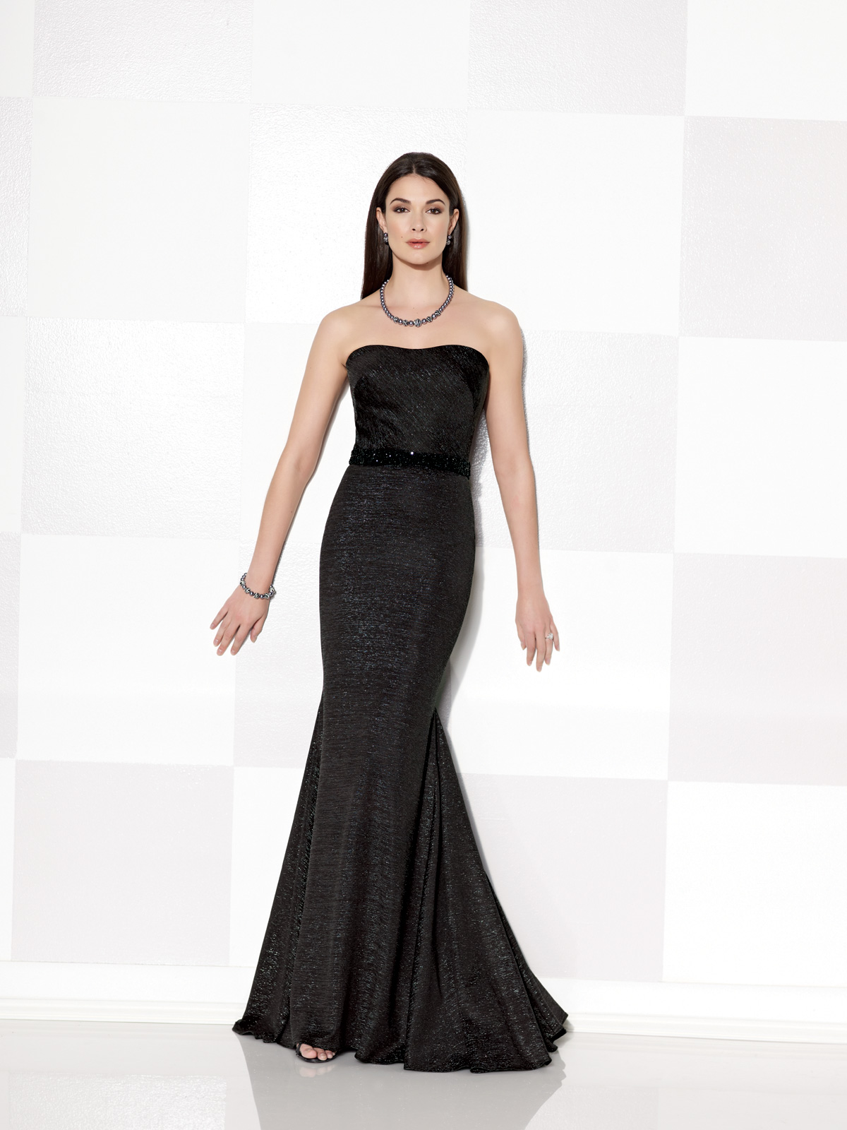 Vestido de Festa tomara que caia com detalhe de cinto em pedrarias, confeccionado em jersey metálico com elastanoe saia com corte sereia.