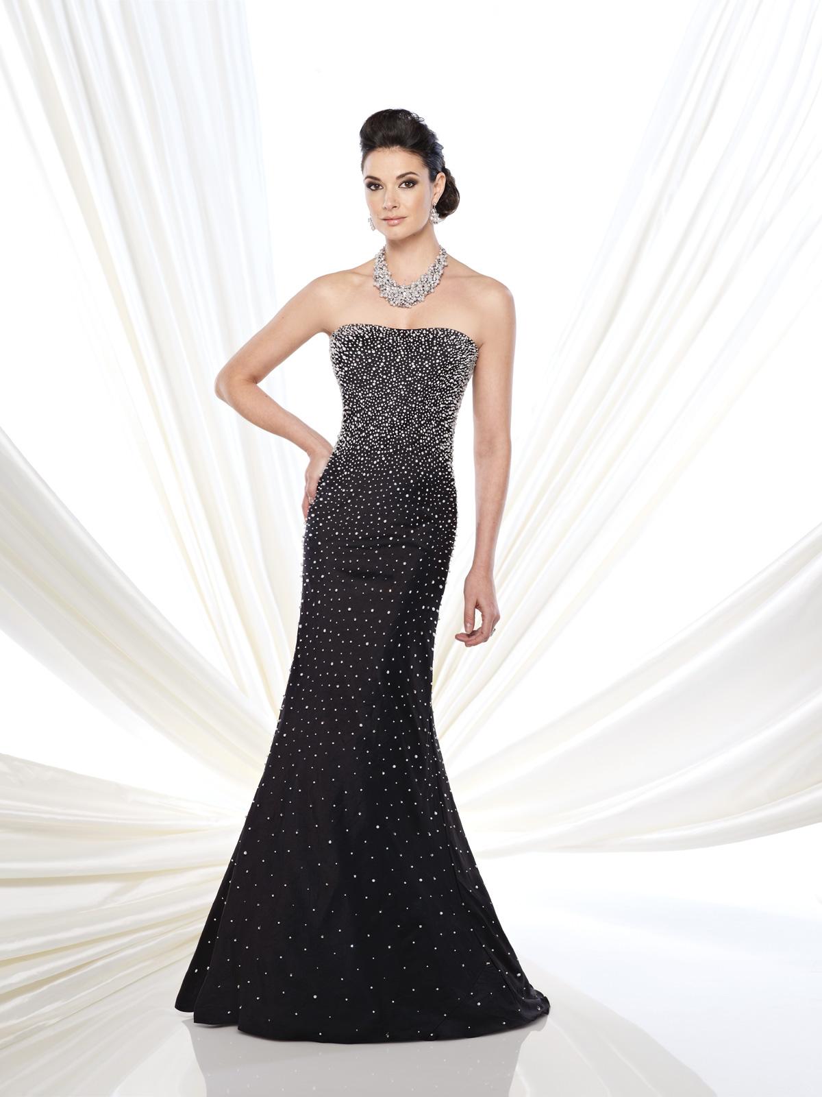 Vestido de Festa tomara que caia clássico confeccionado em tafetá e todo bordado em explosão de pedrarias e cristais, saia com corte sereia.