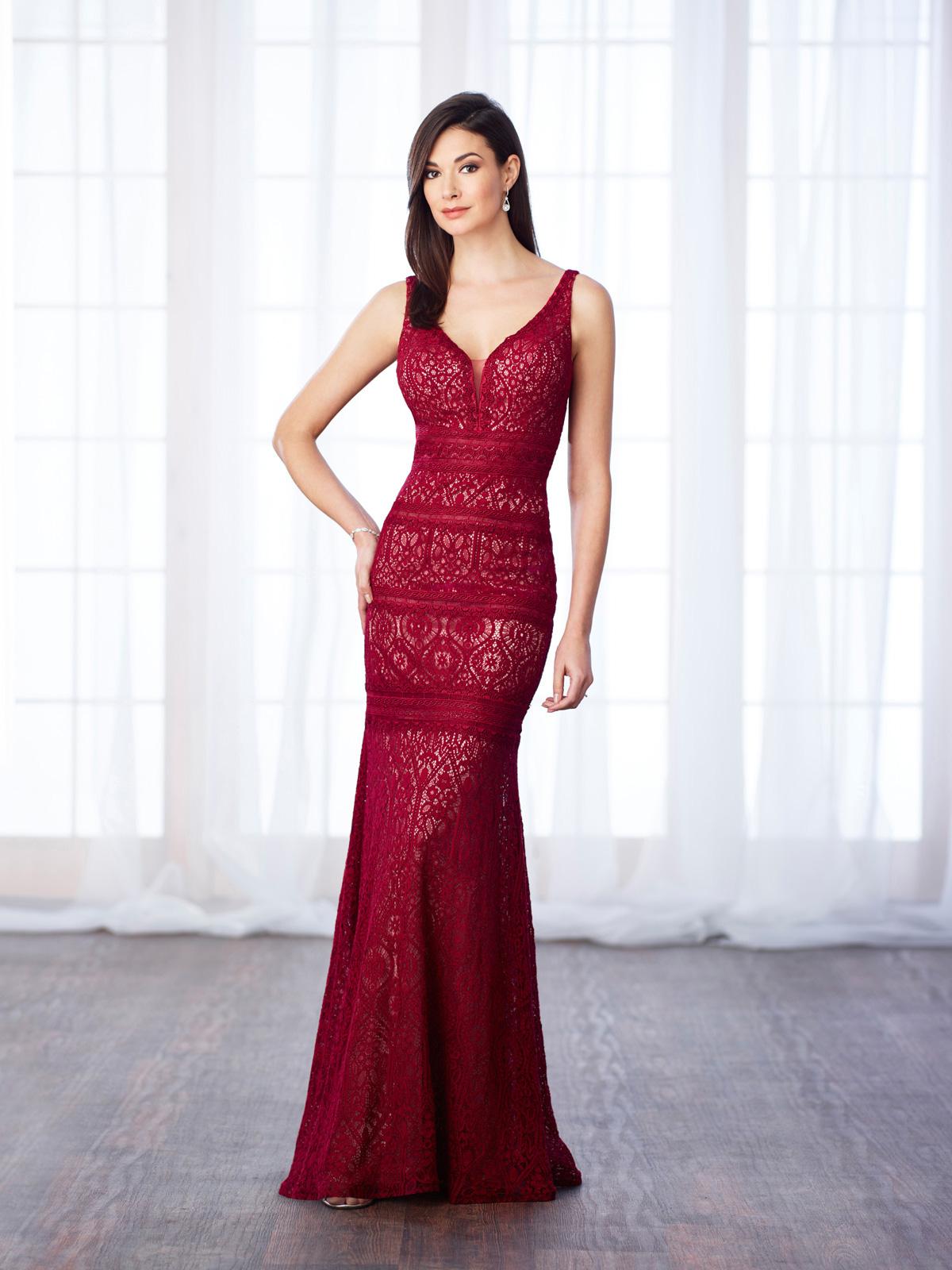 Vestido de Festa charmoso com decote V com corte sereia maravilhoso todo confeccionado em renda guipure.