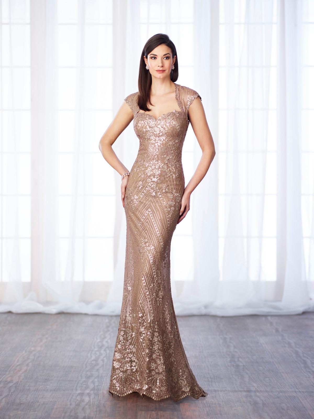 Vestido de Festa estiloso com decote rainha e corte sereia super charmoso, todo confeccionado em tecido já bordado em pedrarias.