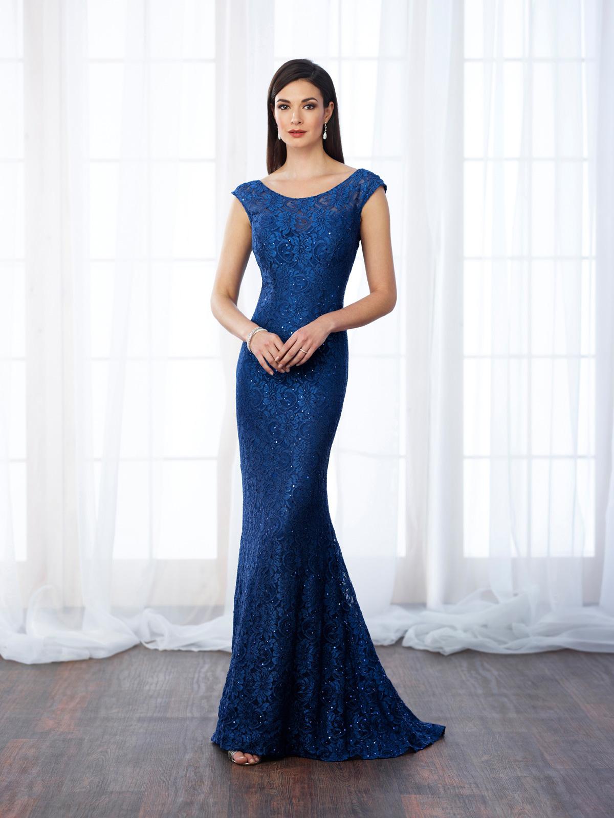 Vestido de Festa elegante confeccionado em renda francesa rebordada em pedrarias, corte semi sereia impecável co mangas e decote de costas profundo.