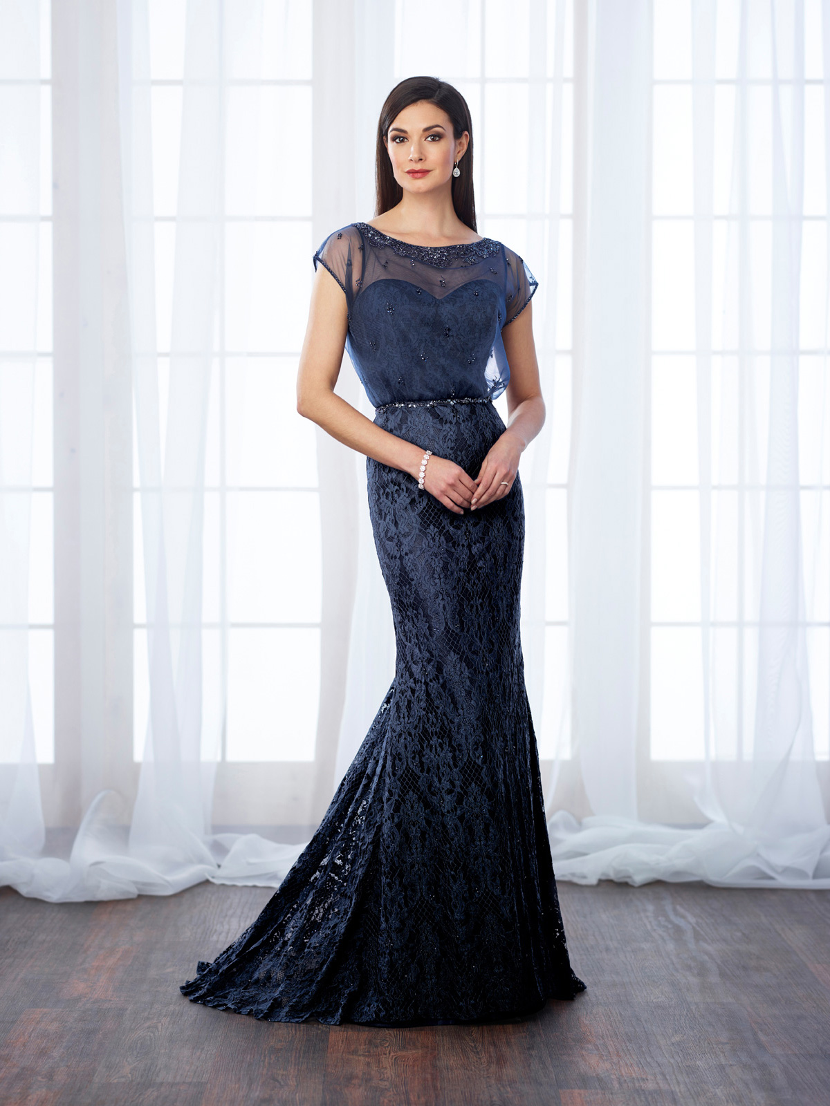 Vestido de Festa charmoso todo confeccionado em renda francesa e corte levemente sereia, detalhe de blusê em tule francês rebordado em pedrarias e cinto em cristais.