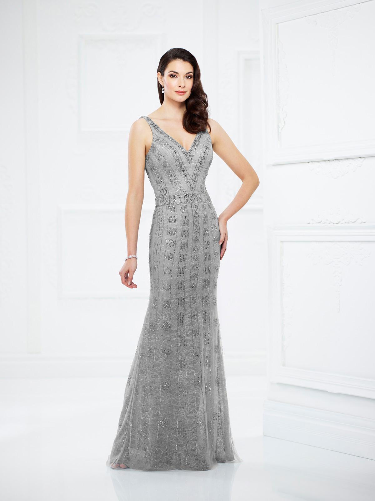 Vestido de Festa charmoso com decote V e corte reto todo confeccionado em renda e rebordado em pedrarias.