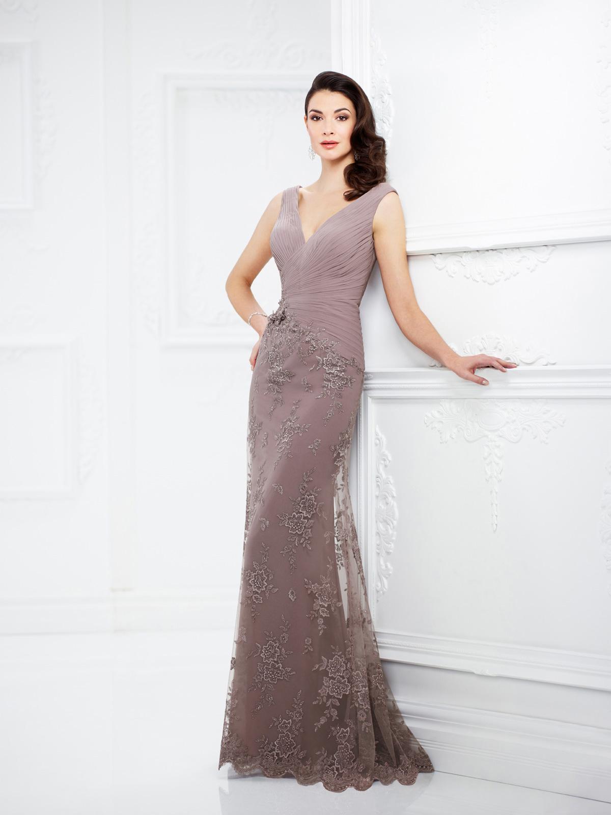 Vestido de Festa charmoso com corpo acinturado todo drapeado e saia sereia confeccionada em renda rebordada em pedrarias.