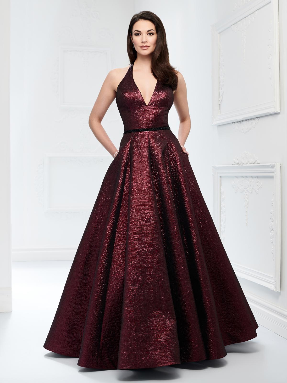 Tecido metálico trazem brilho e glamour para esse vestido de festa, decote V, detalhe de bordado em pedrarias na cintura e saia com pregas macho vem valorizar esse modelo.