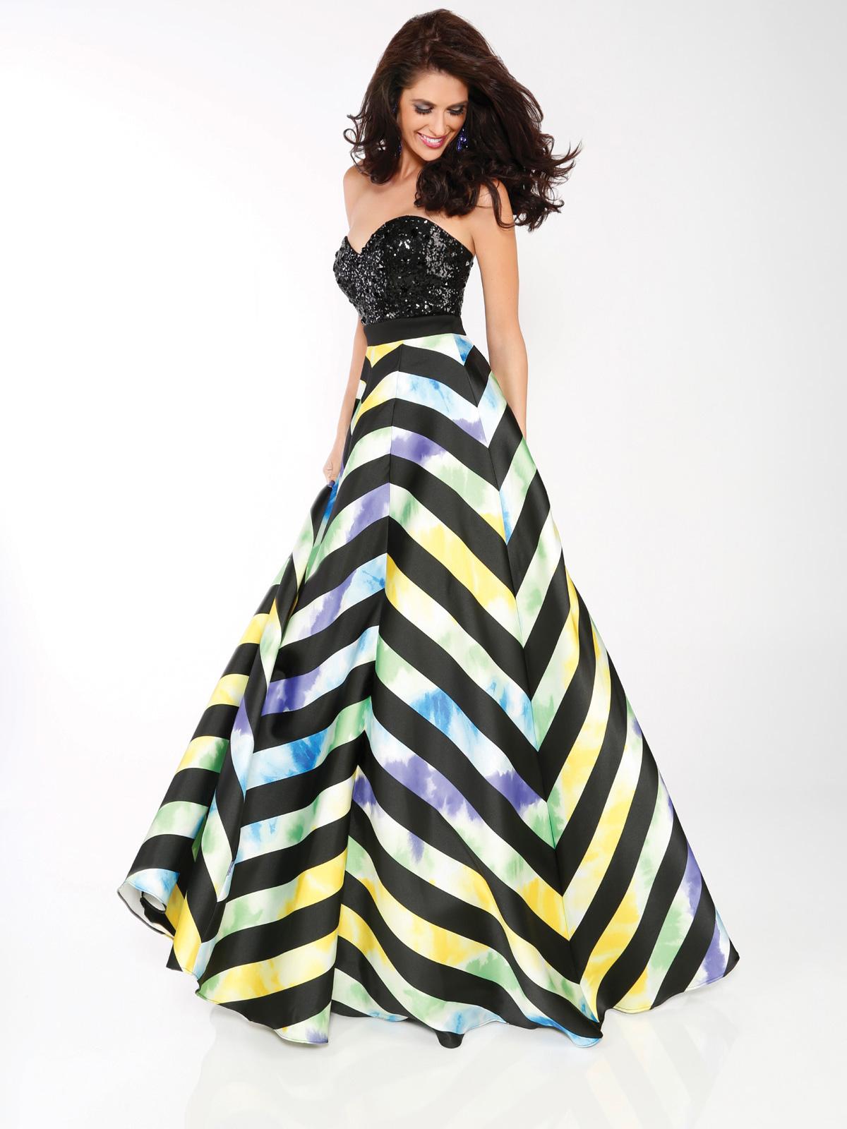 Vestido de Festa tomara que caia princesa com corpo curto todo bordado em paetês, saia evasê em tecido com estampa geométrica.