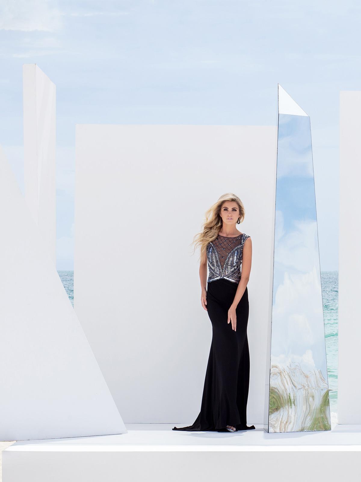 Vestido de Festa com decote canoa, detalhe de transparência no corpo todo bordado em pedrarias em formato geométrico, saia com corte sereia em jersey com lycra.