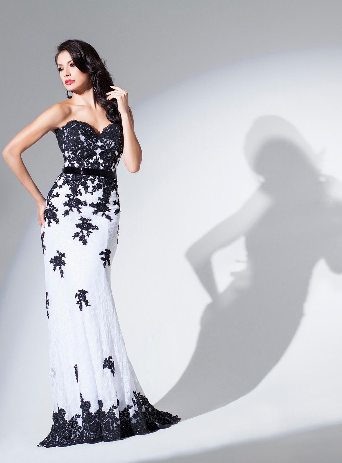 Vestido de Festa tomara que caia princesa, todo em renda com faixa de pedrarias na cintura e aplicações rebordadas com maior intensidade no corpo, salpicadas na saia e barrado, corte sereia.