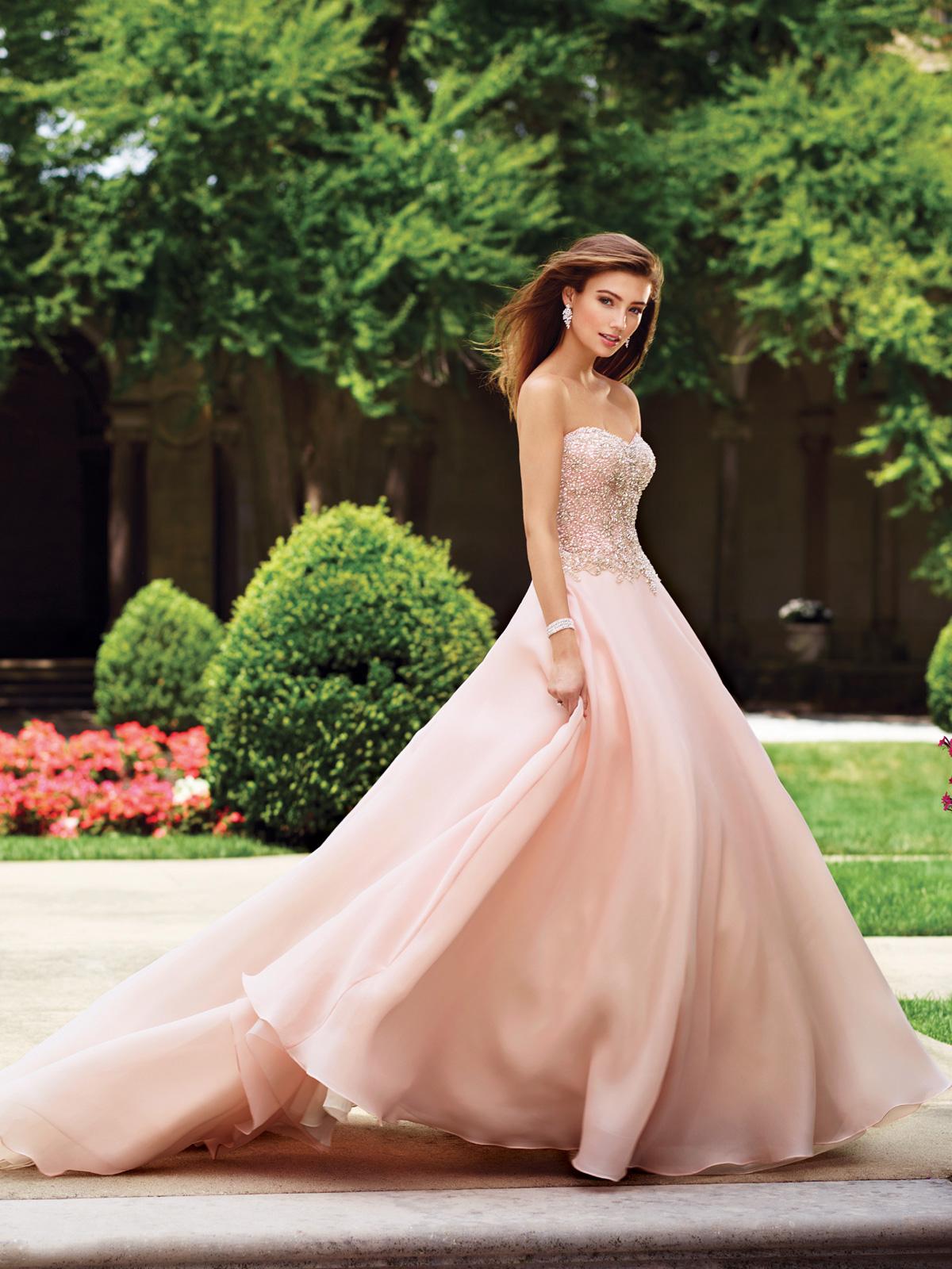 Vestido de Noiva tomara que caia princesa com corpete acinturado todo bordado em pedrarias e cristais, saia evasê lisa em organza e leve cauda.
