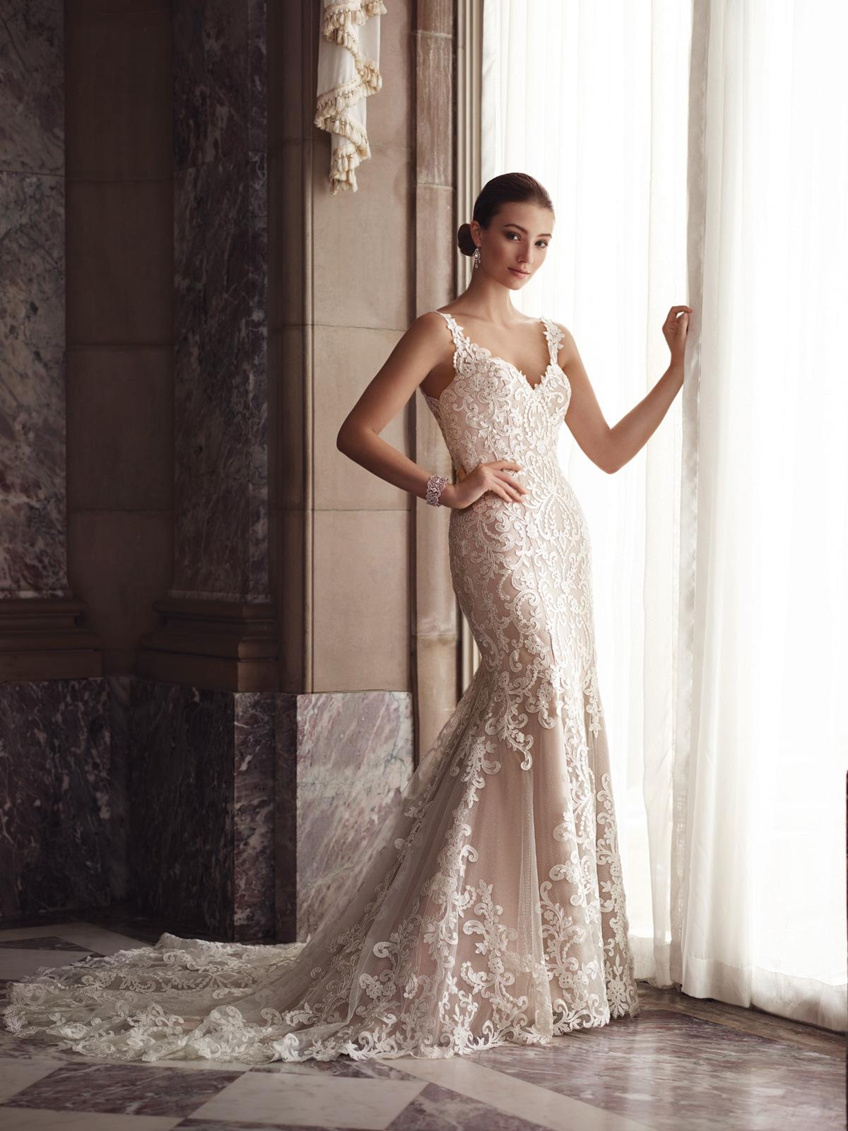 Vestido de Noiva com alças finas e transparência nas costas, corte sereia confeccionado em renda soutache francesa rebordada em pedrarias.