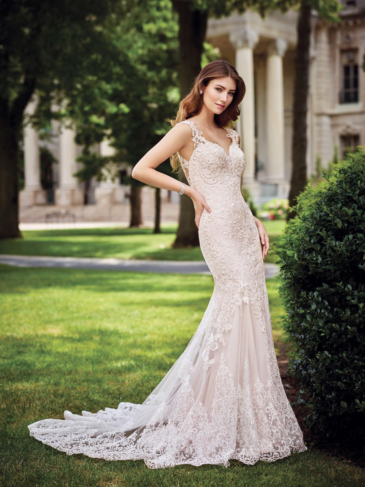 Vestido de Noiva decote princesa com alças e costas na transparência, corte sereia todo confeccionado em renda francesa rebordada em pedrarias e cauda transparente.