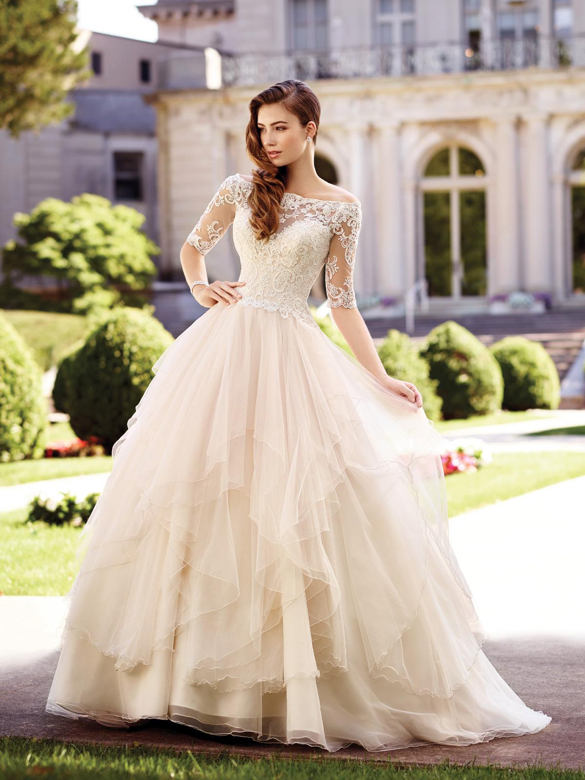 Vestido de Noiva ombro a ombro transparente no colo, costas e mangas, corpo acinturado em renda soutache e saia ampla em lenços de tule francês.