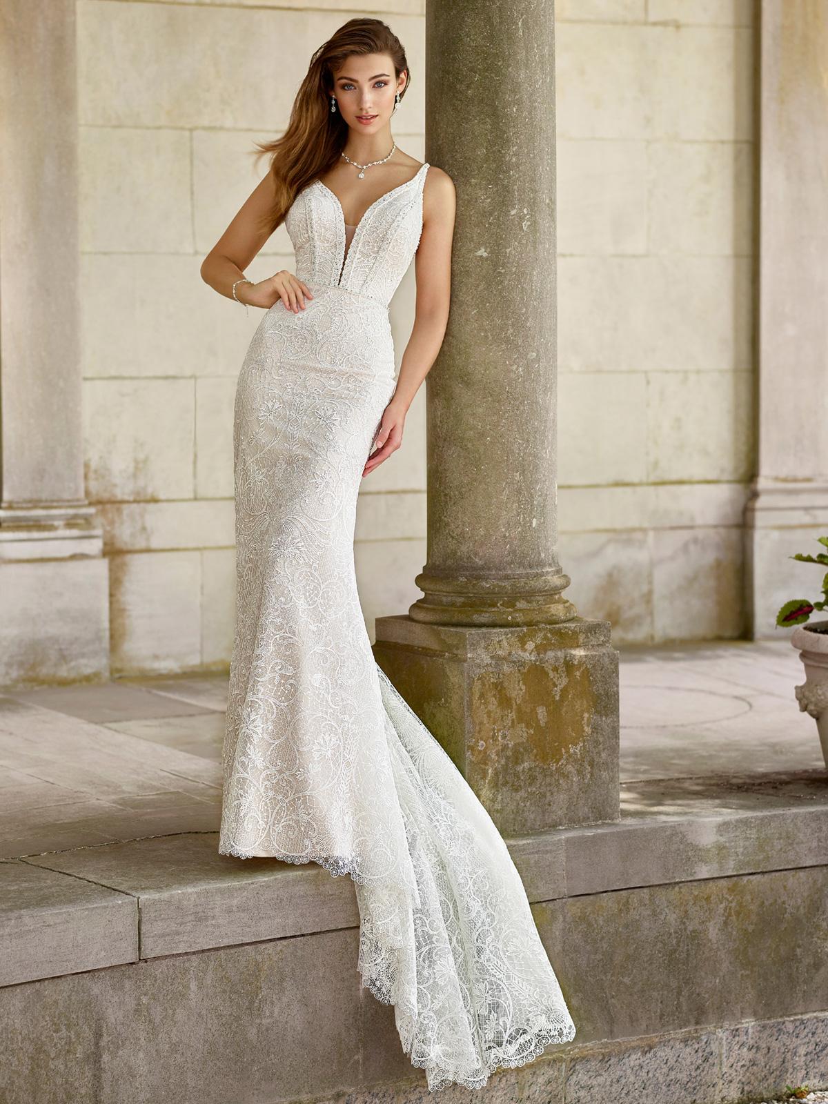 Vestido de Noiva inesquecível todo confeccionado em distinta renda grepure e rebordado em pedrarias, corte sereia e transparência no decote e costas.