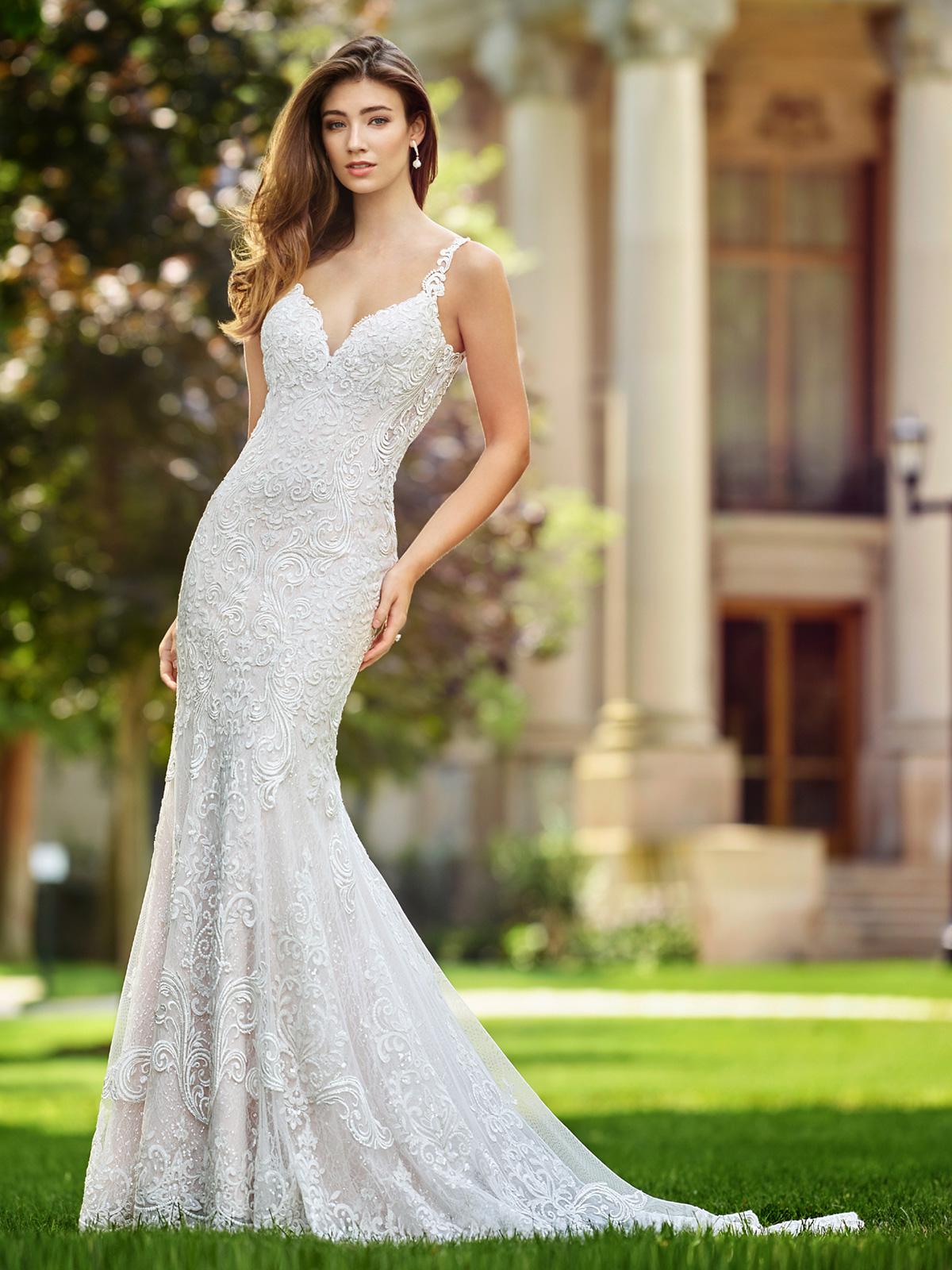 Vestido de Noiva delicado com corte sereia bem suave, todo confeccionado em renda francesa rebordada em pedrarias e detalhe de costas na transparência.