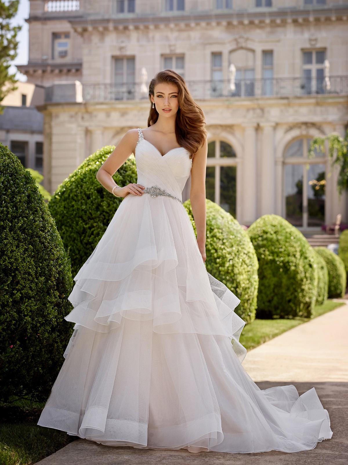 Vestido de Noivaimpressionante com corpo acinturado todo drapeado, alçase cinto em pedras e cristais, saia evasê confeccionada em camadas de tule francês.