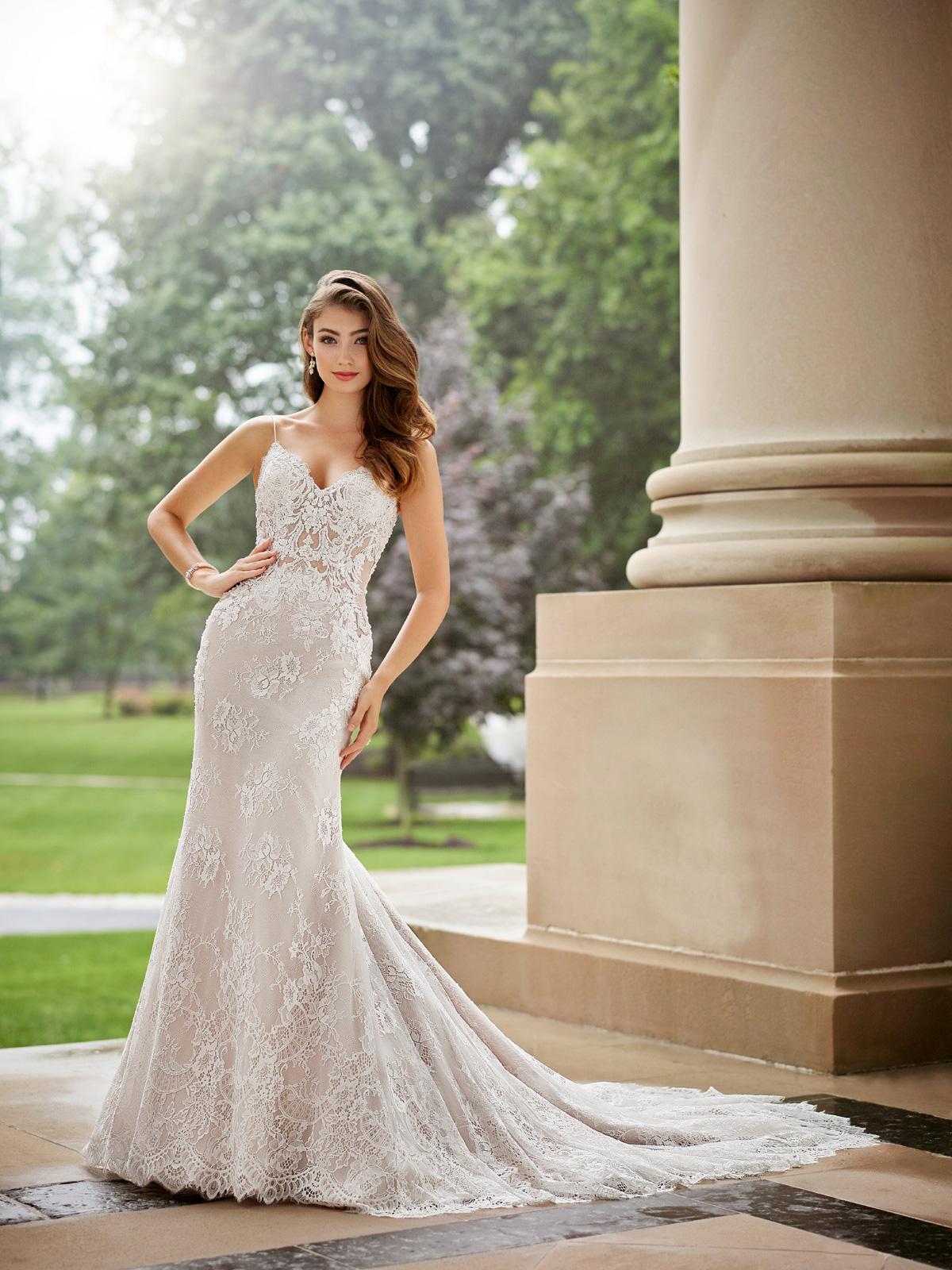 Vestido de Noivaestupendo confeccionado em renda chantily francesa rebordada levemente em pedrarias, corpo com transparência, corte reto e cauda média.