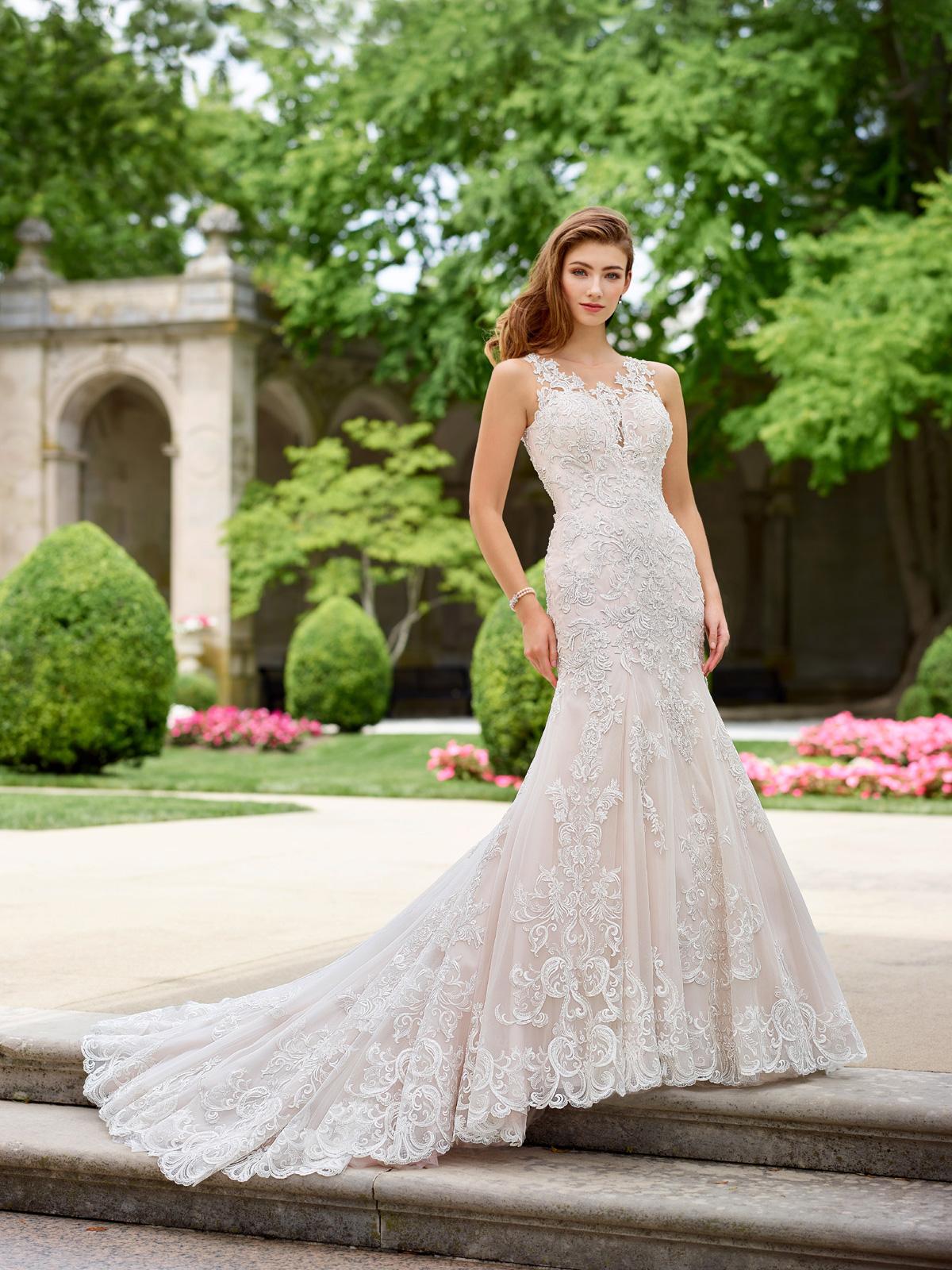 Vestido de Noiva elegante com corte sereia impecável, decote com transparência no colo e costas, todo confeccionado em renda e levemente rebordado em pedrarias, cauda suave.