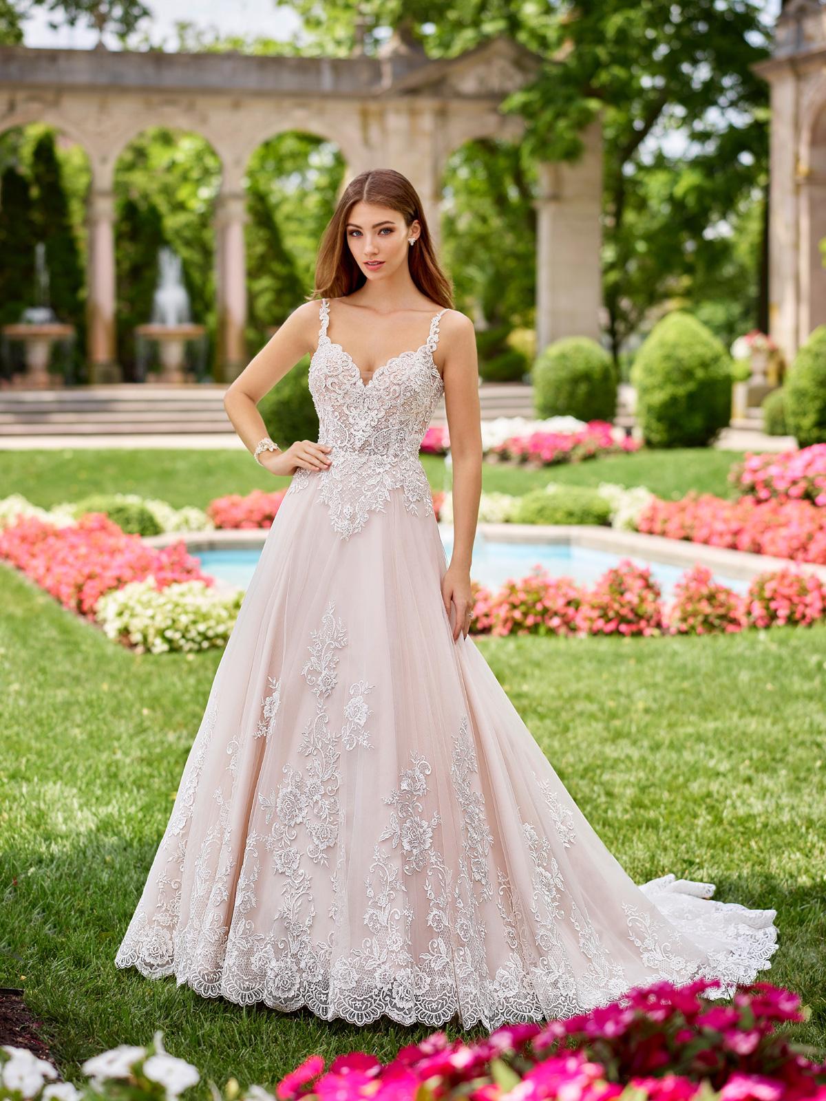 Vestido de Noiva charmoso com detalhe de alças e decote princesa, corpo acinturado com transparência, saia com corte evasê todo confeccionado em renda bordada em fio de seda e cauda média.