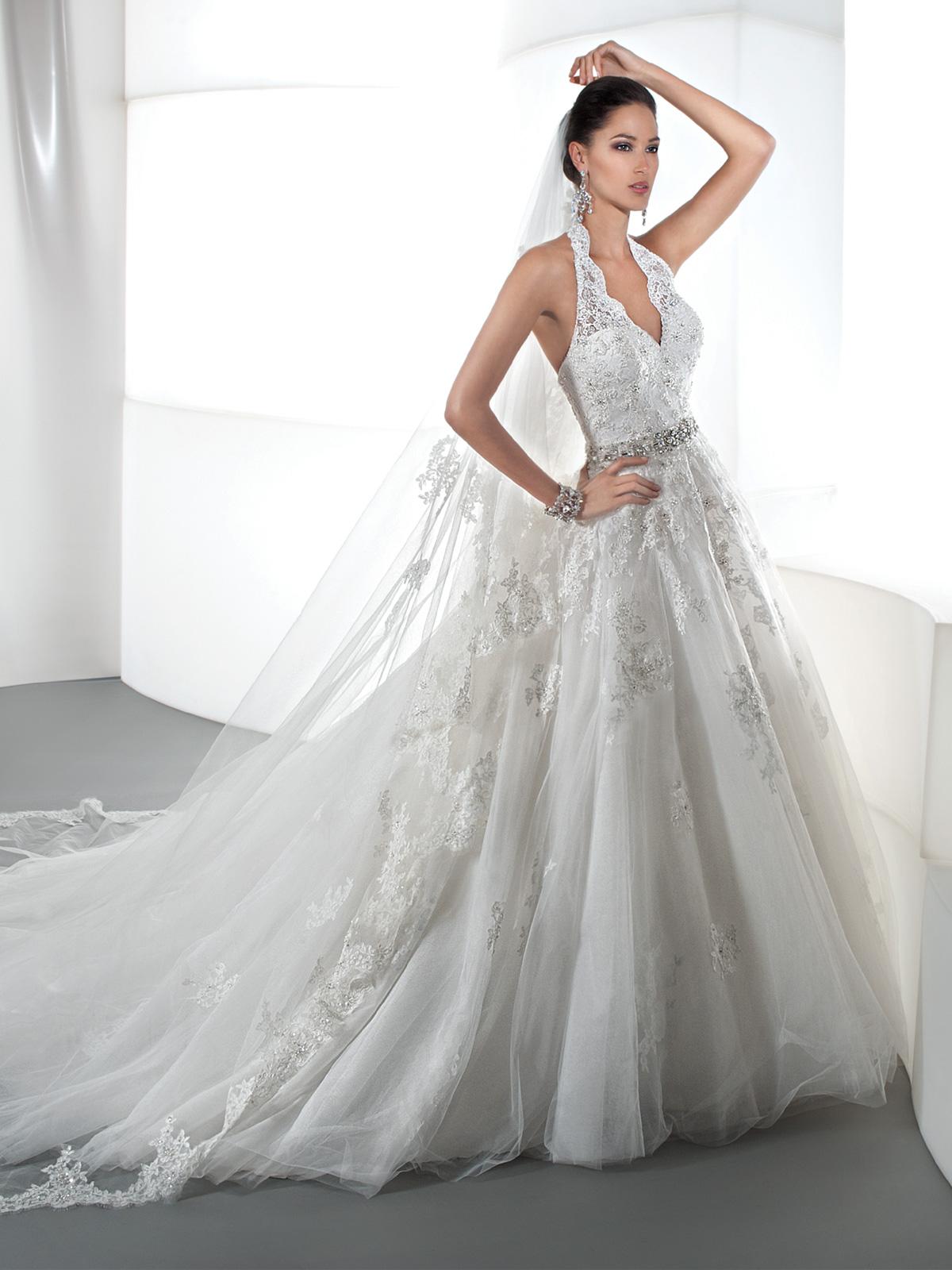 Vestido de Noiva frente única com saia ampla, com renda rebordada e cinto em pedrarias e cristais, suave cauda.