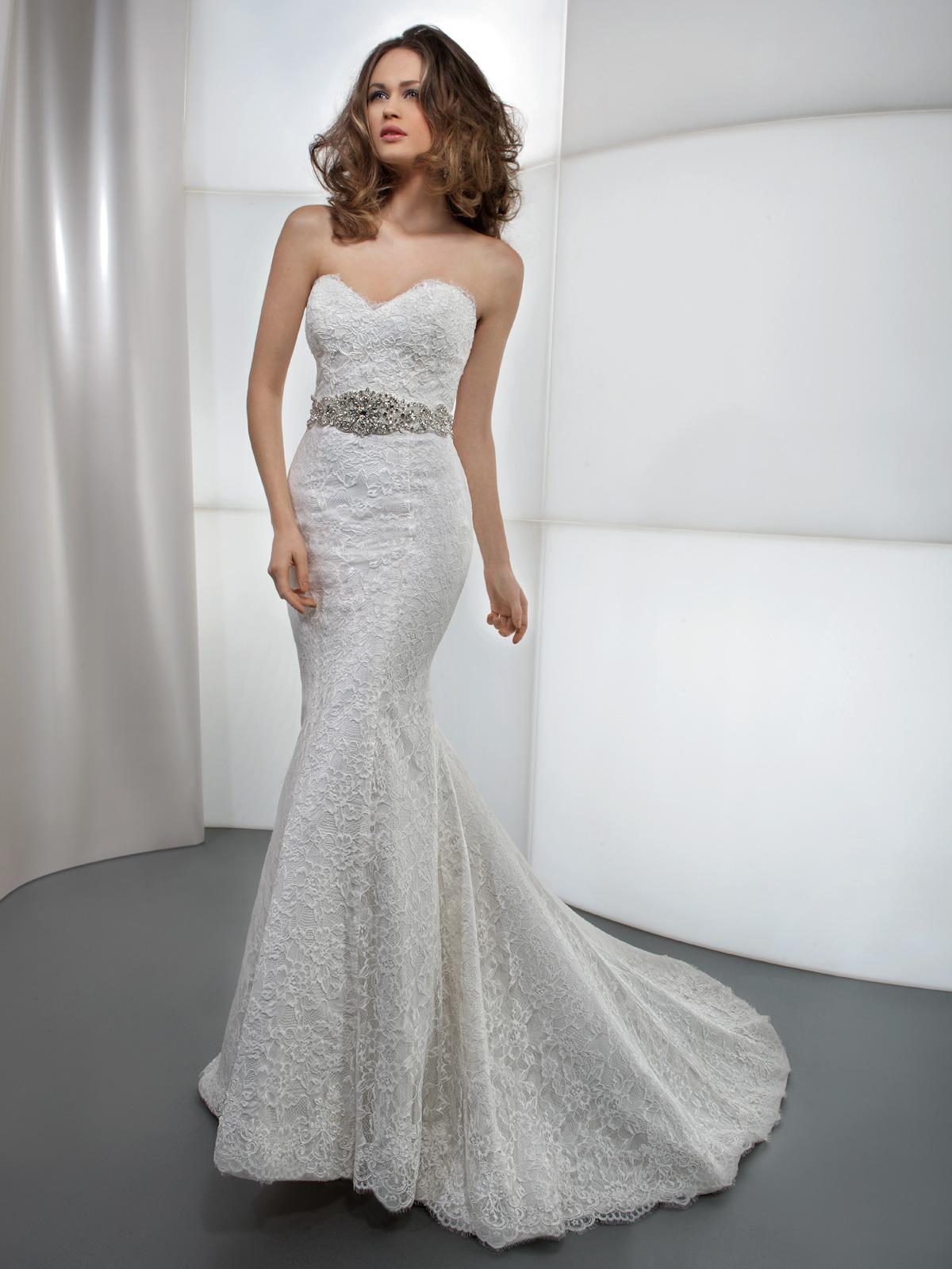 Vestido de Noiva sereia, tomara que caia, todo em renda com cinto de cristais e suave cauda.