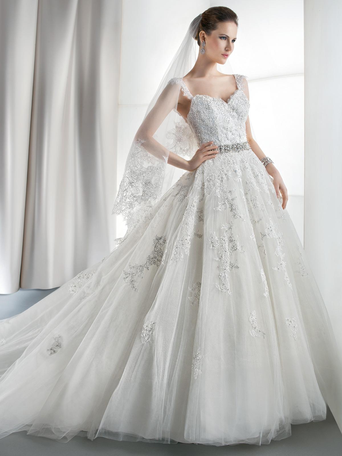 Vestido de Noiva tradicional com linda aplicação de renda importada em tulle francês. Caimento impecável em estilo romântico e delicado !!