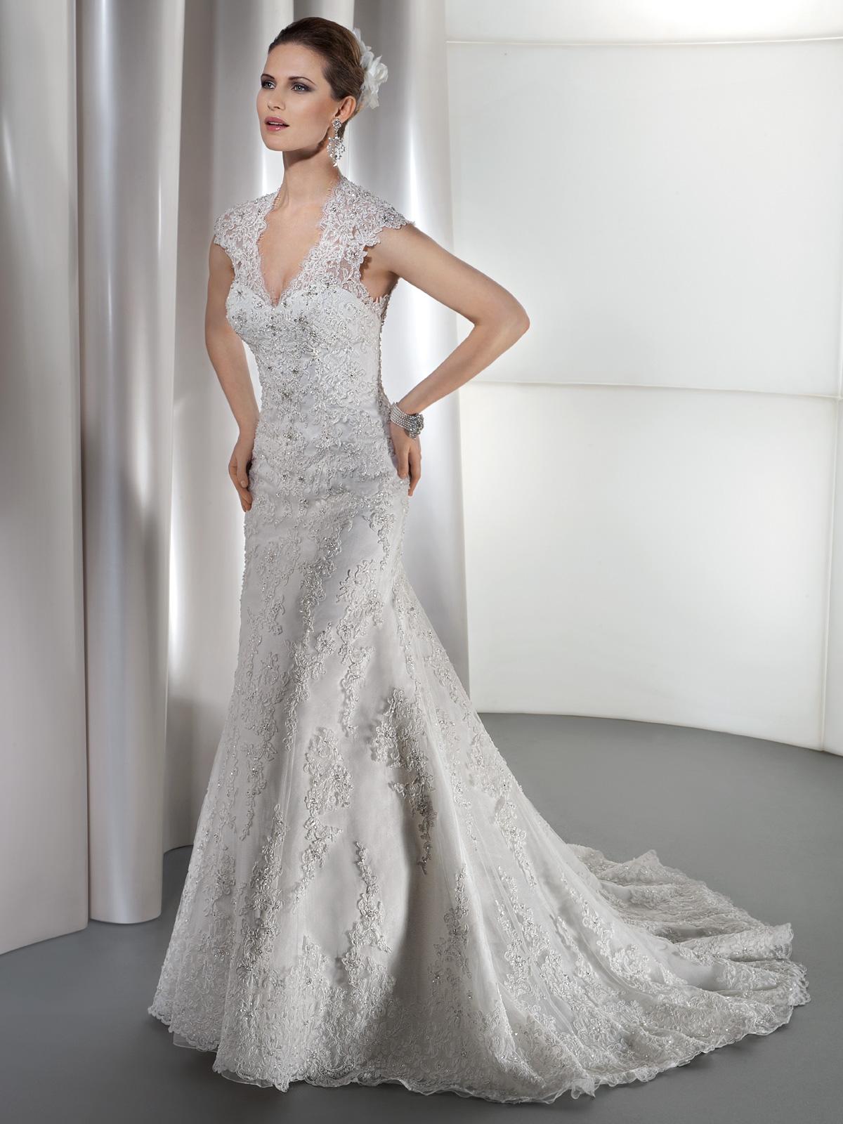 Vestido de Noiva com manga curta, todo em renda levemente rebordada, recorte sereia e decote profundo nas costas, leve cauda.