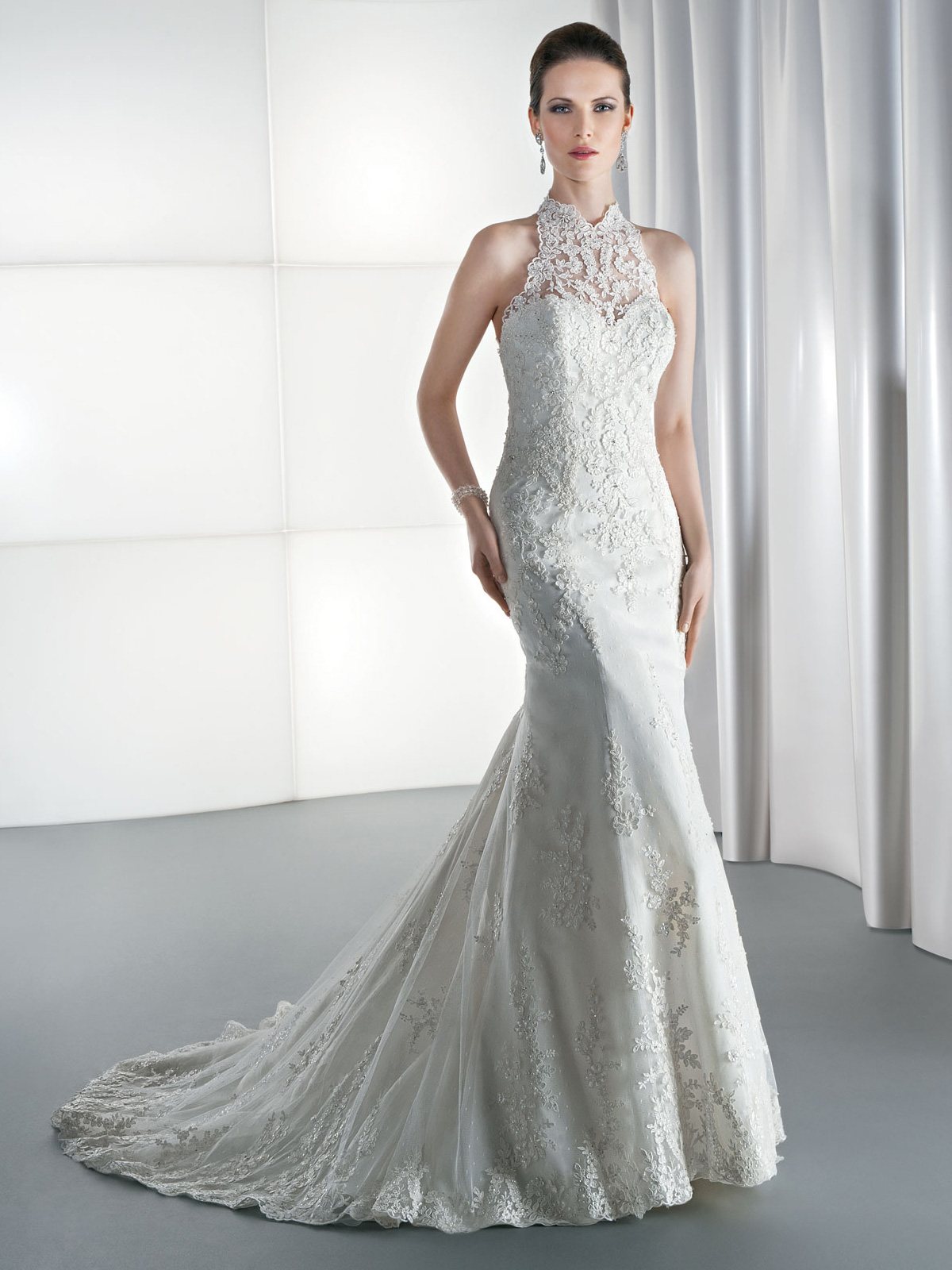 Vestido de Noiva com cava americana e alças de renda nas costas com transparência, recorte sereia e todo em renda suavemente rebordada, leve cauda.