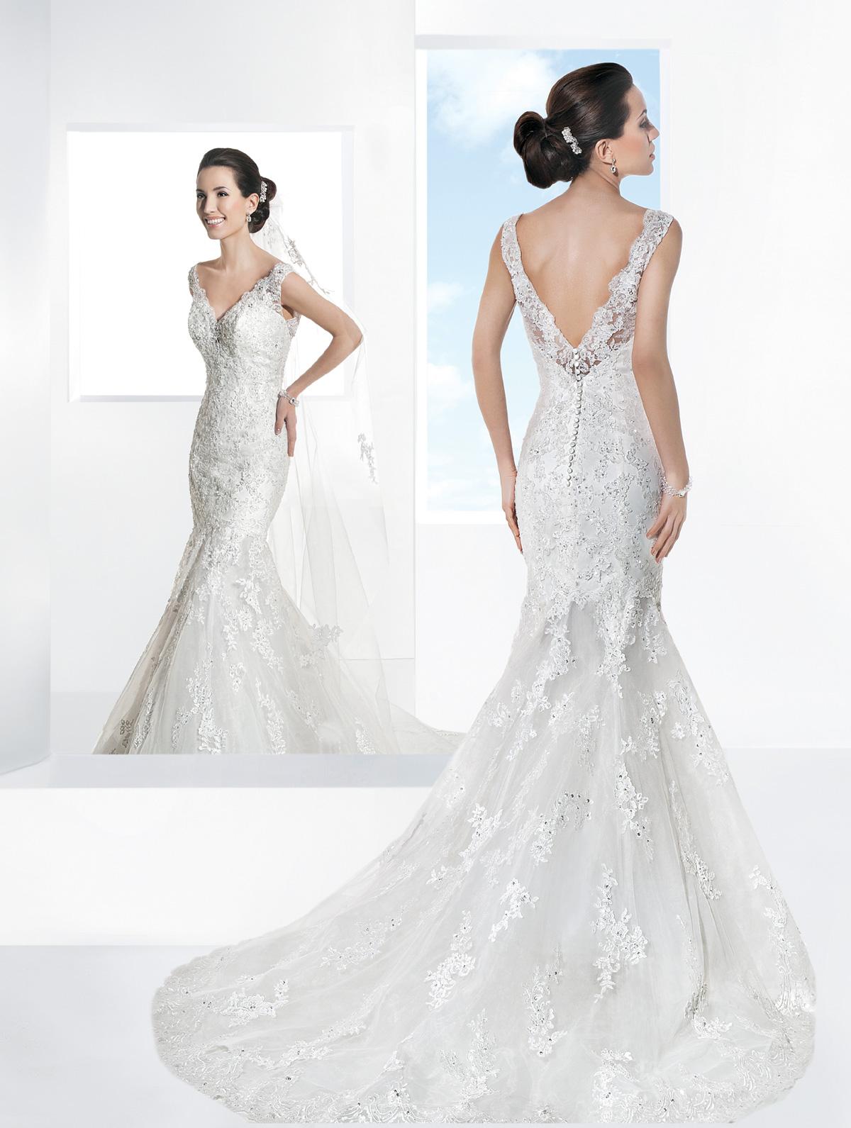 Vestido de Noiva com alças em renda e decote V, costas profunda com transparência, corte leve sereia e suave cauda.