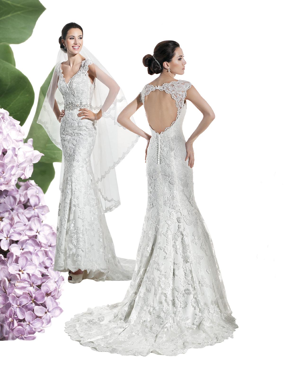 Vestido de Noiva sereia, confeccionado em cetim com renda rebordada sobreposta, decote profundo nas costas, cinto em pedraria e suave cauda.