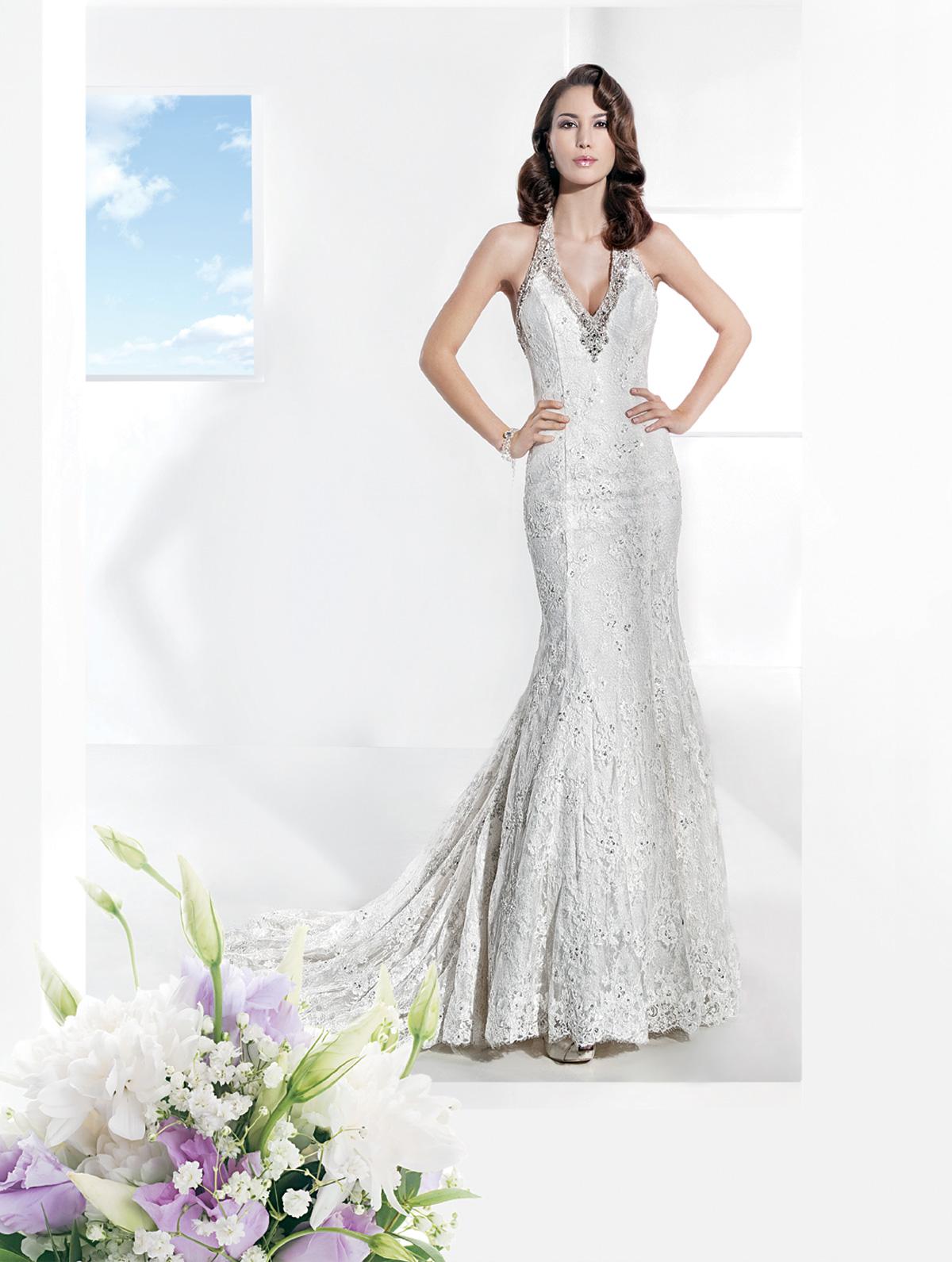 Vestido de Noiva frente única, sereia em renda rebordada,com grega de bordado em toda a volta do decote, leve cauda.