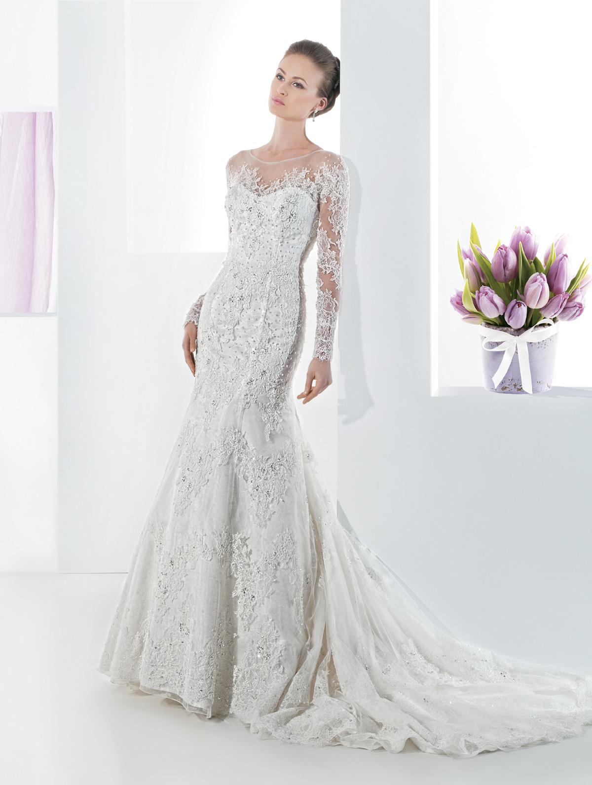 Vestido de Noiva sereia, todo em renda rebordada em pedrarias, mangas em renda, transparência no colo e costas. Leve cauda.