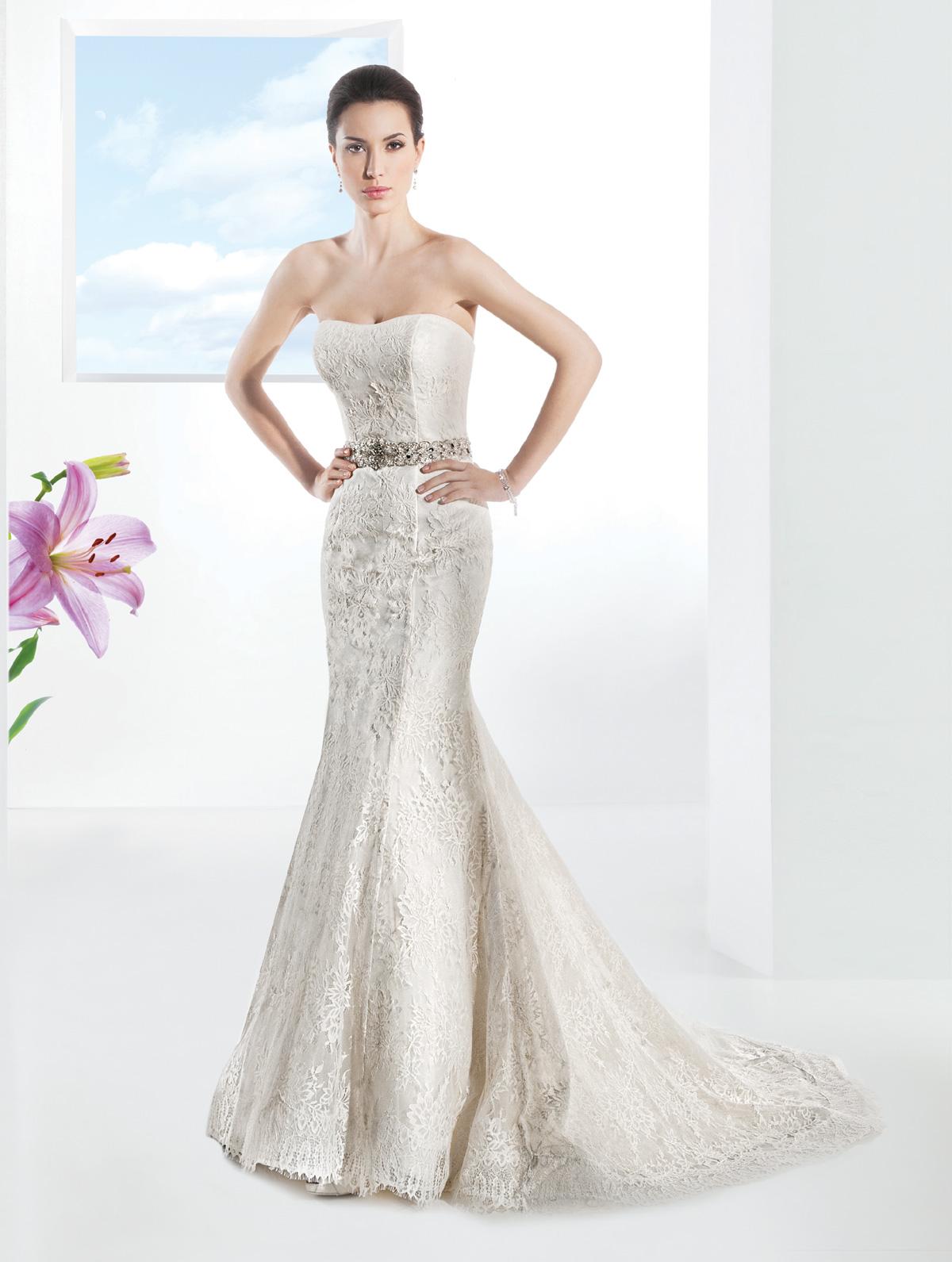 Vestido de Noiva tomara que caia em renda, corte sereia com cinto de cristais e suave cauda.