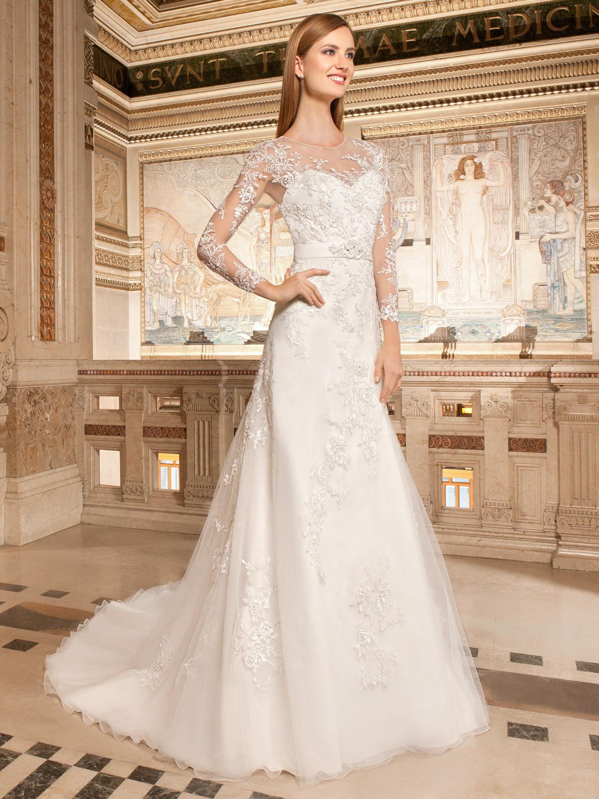 Vestido de Noiva romântico, evasê com bordados em fio de seda e rebordado em pedrarias, mangas longas, colo e costas na transparência e leve cauda.