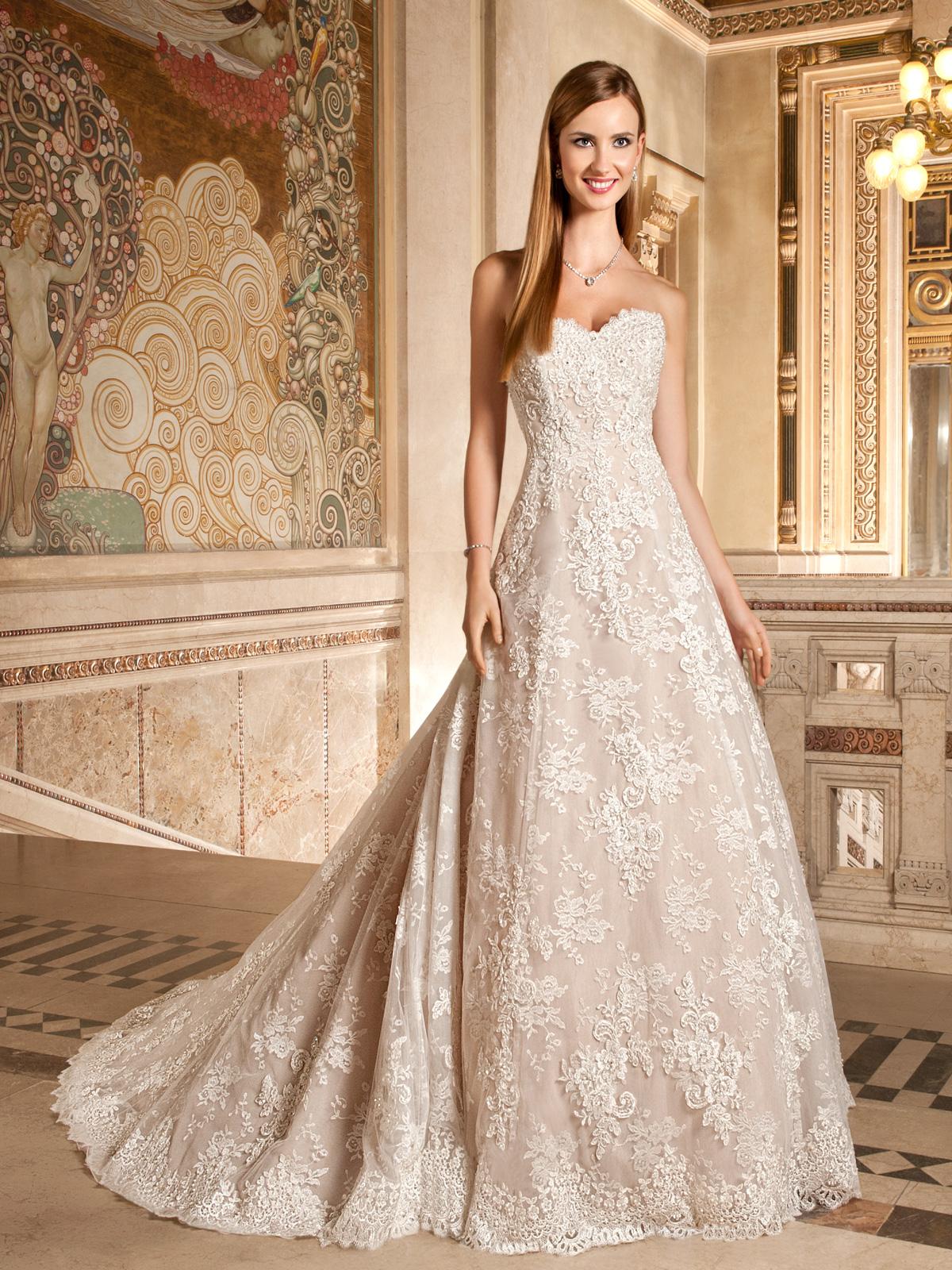 Vestido de Noiva tomara que caia, corte evasê clássico, todo em renda francesa rebordada em pedrarias, leve cauda.