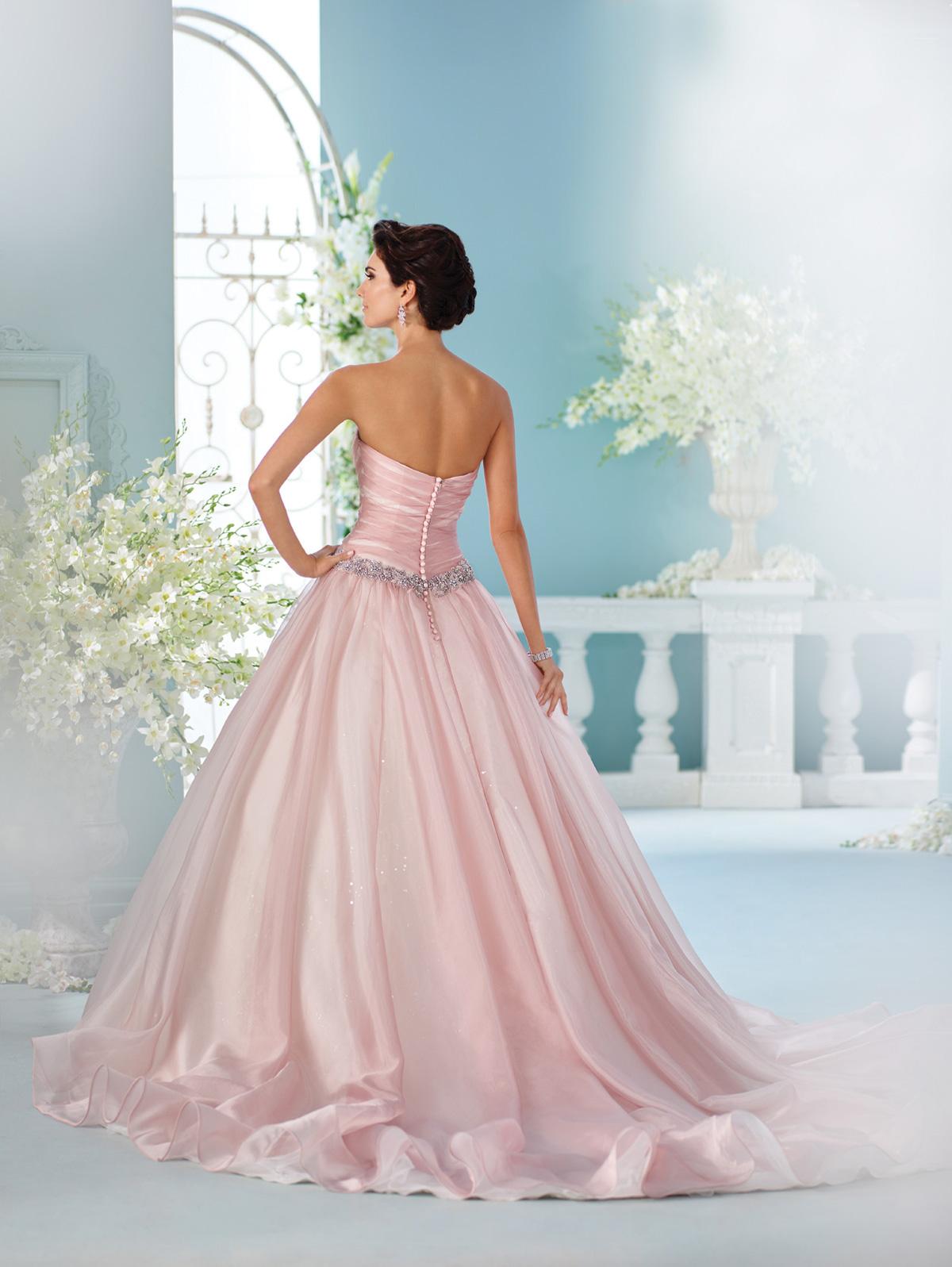Vestido de Noiva tomara que caia princesa com corpo acinturado todo drapeado e detalhe de cinto em cristais, saia franzida com pontos de luz e cauda.
