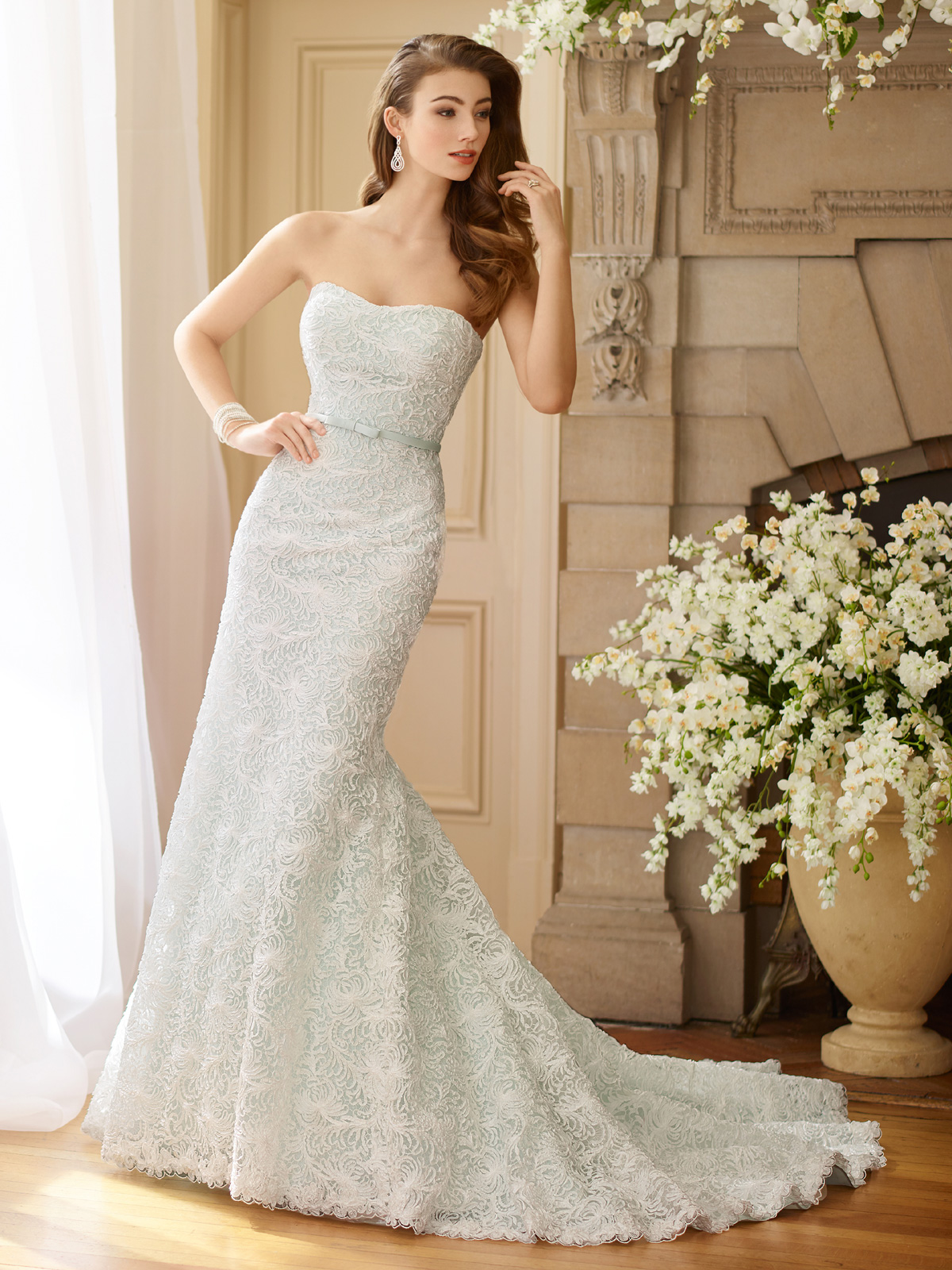 Vestido de Noiva chiquérrimo tomara que caia com corte sereia bem estruturado, todo confeccionado com renda francesa flocada e detalhe sutil de cinto em cetim.