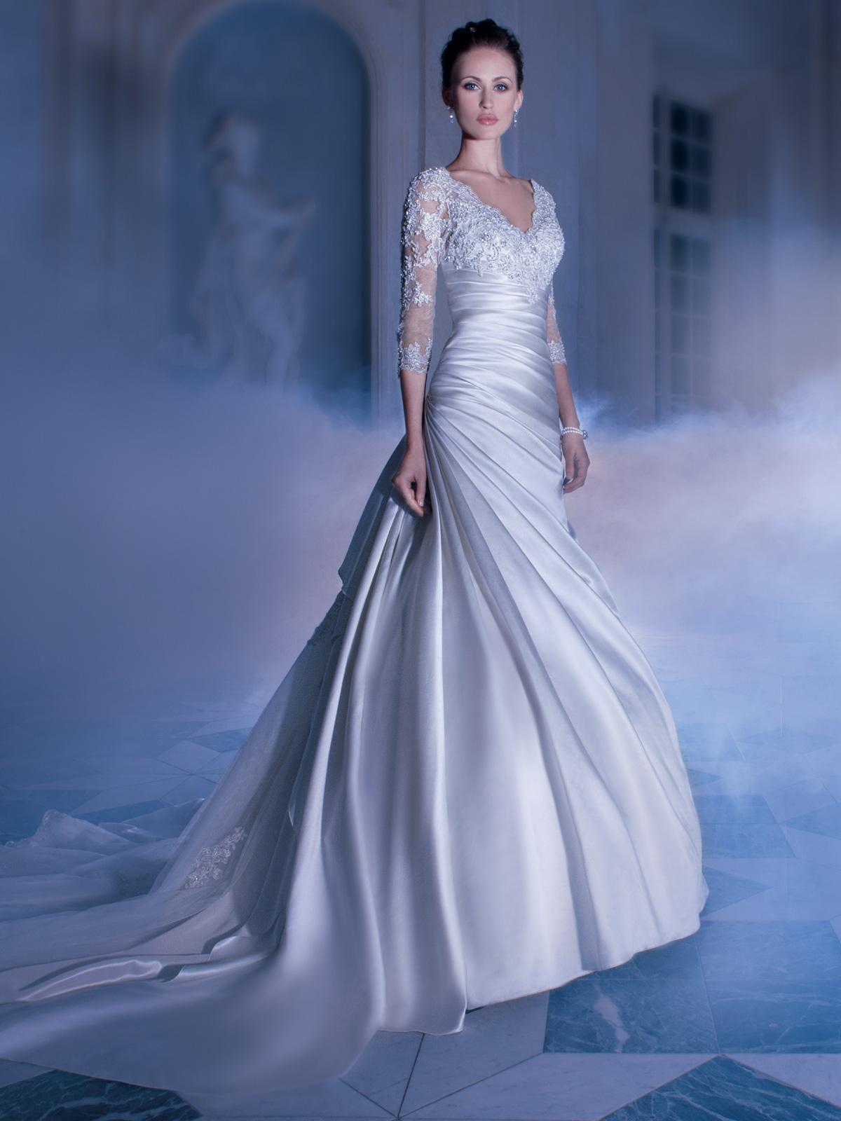 Vestido de Noiva com mangas e decoteem renda, corpo drapeado e saia em cetim, detalhe da renda no meio da cauda.