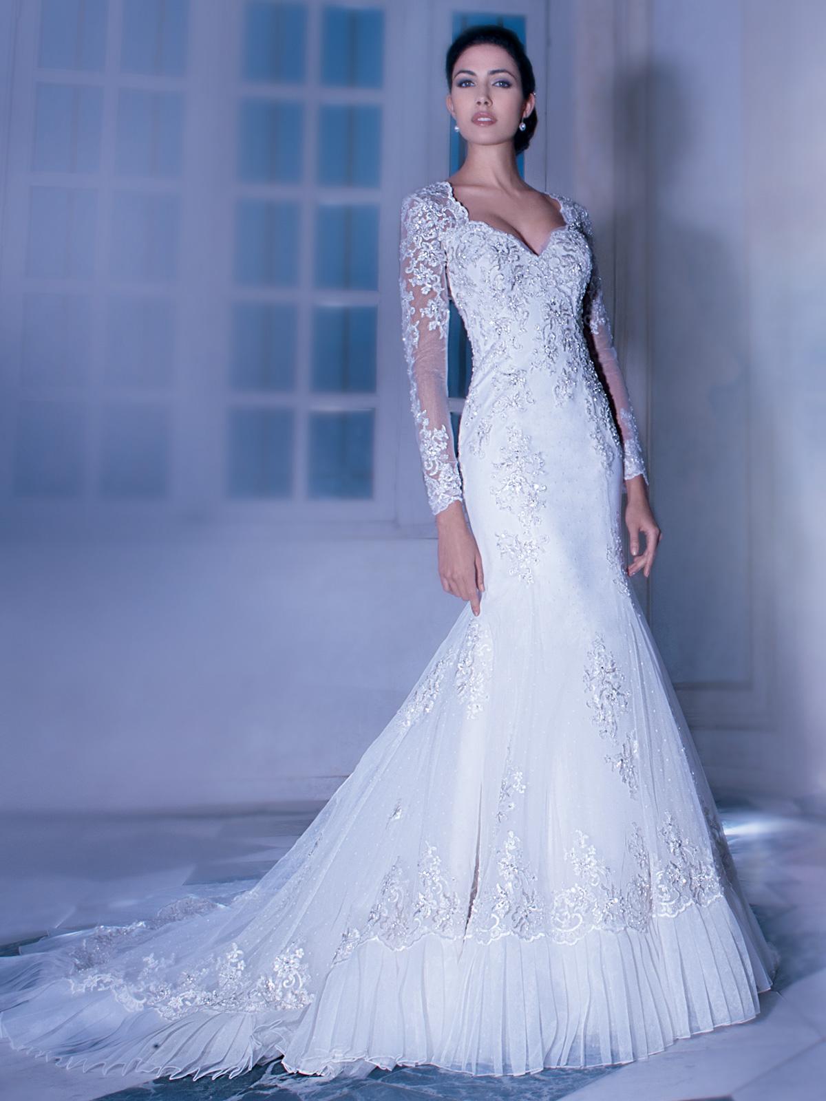 Vestido de Noiva sofisticado e atual . Para a noiva que procura um modelo diferente e atual . Lindo modelo em decote coração e mangas longas em corte impecável no estilo semi sereia.