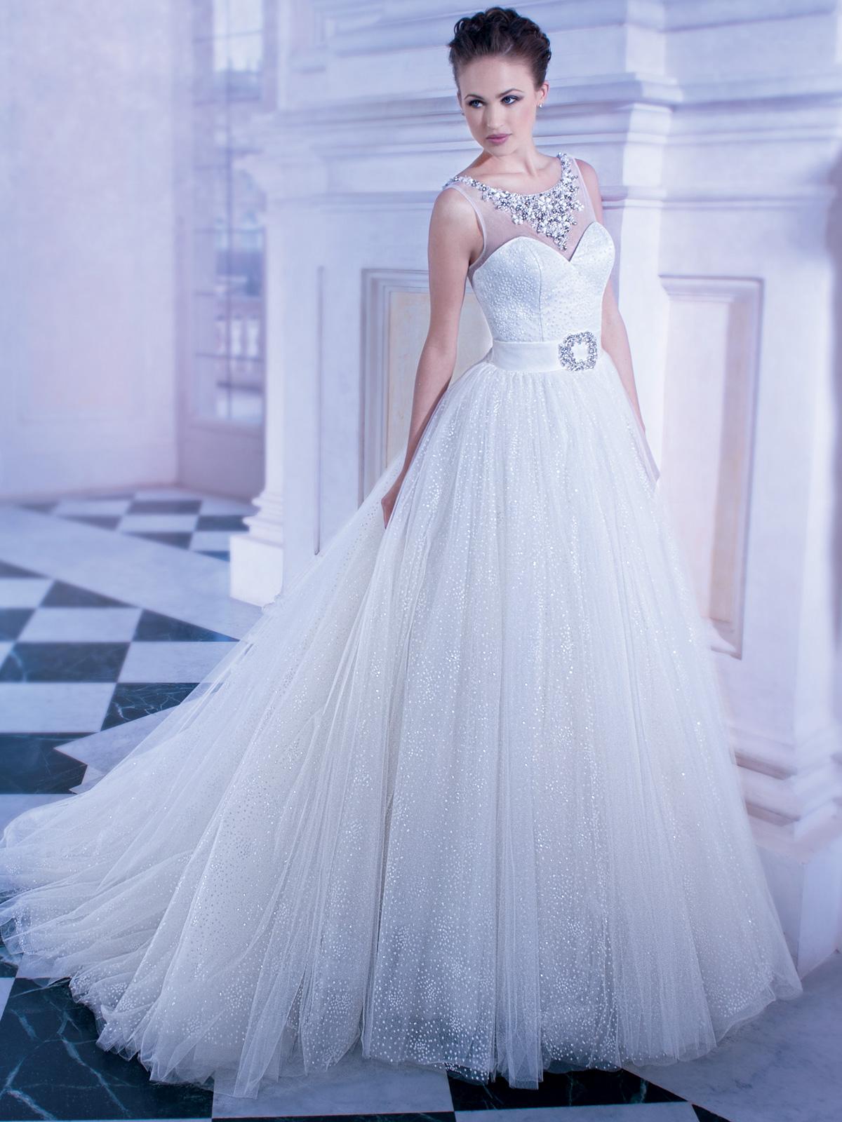Vestido de Noiva decote princesa e colo na transparência, confeccionado com tule trabalhado, saia ampla e cinto de cetim com broche em pedraria, leve cauda e decote em V nas costas.