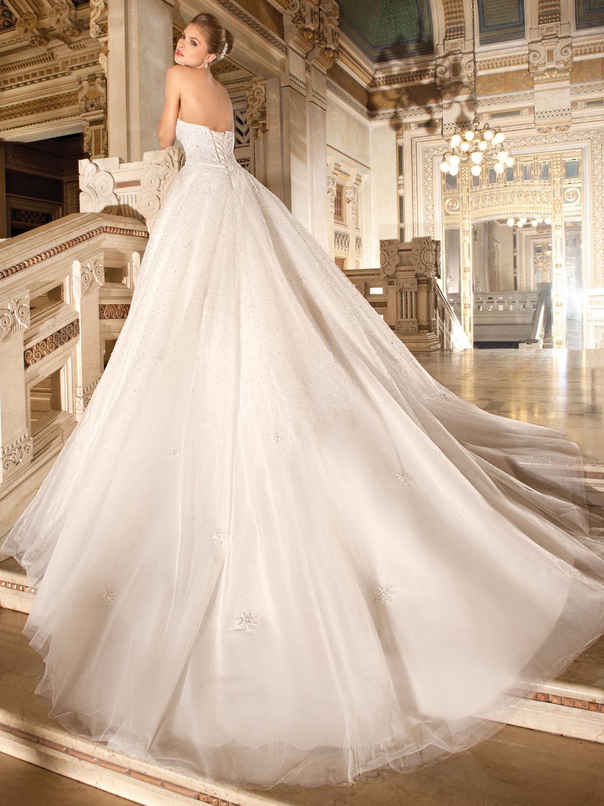 Vestido de Noiva romântico e tradicional !! Corpo marcado em renda toda rebordada em pedrarias e cristais . Modelo tem uma explosão de brilho e glamour !!