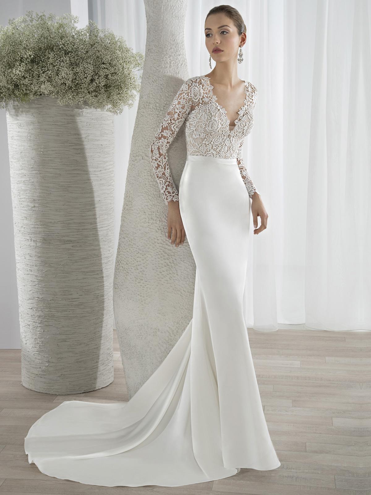 Vestido de Noiva com decote V e transparência nas costas e mangas, corpo curto em renda guipure e saia sereia confeccionada em cetim com cauda.
