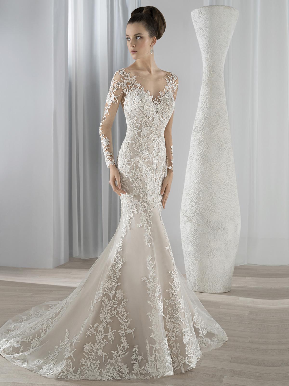 Vestido de Noiva com decote ilusion etransparência no colo, costas emangas, impecável corte sereia e aplicações de renda guipure no corpo saia e cauda.