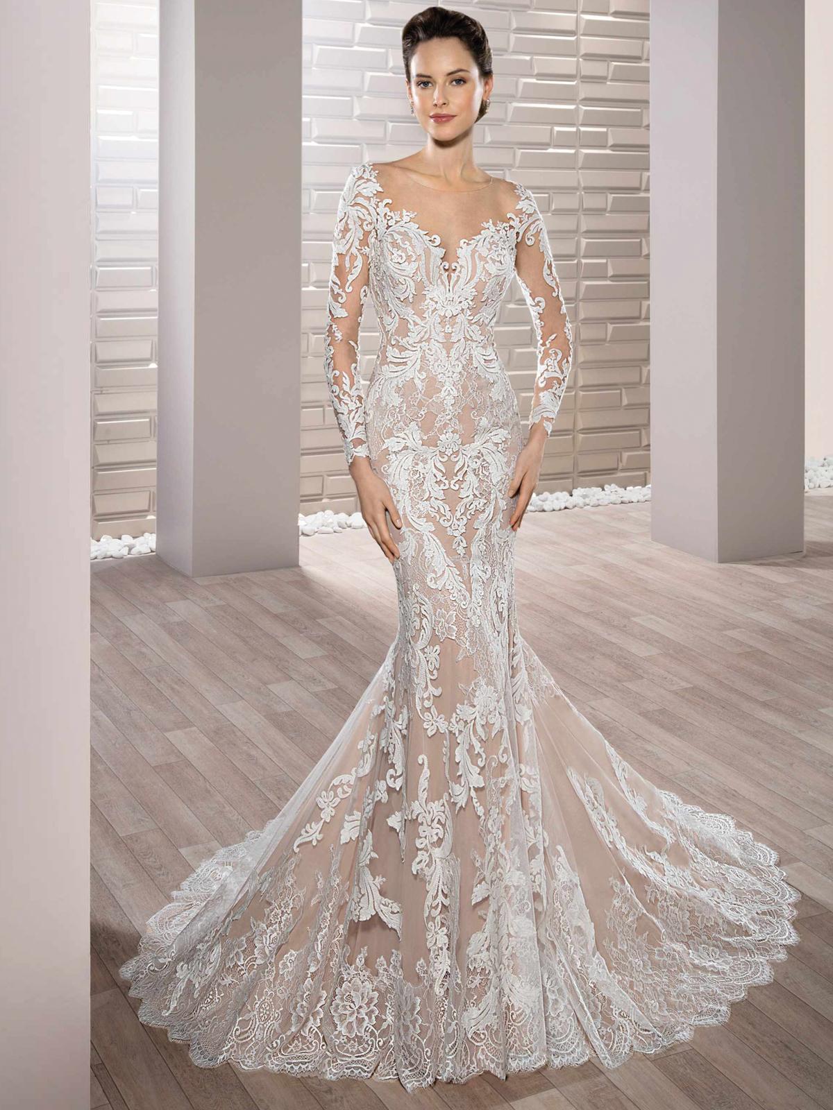 Rendas luxuosas ricamente bordadas adornam este deslumbrante vestido de noiva,com decote coração, mangas compridas, e um corte sereia impecável, esse modelo realmente mexe com os mais profundos sentimentos.